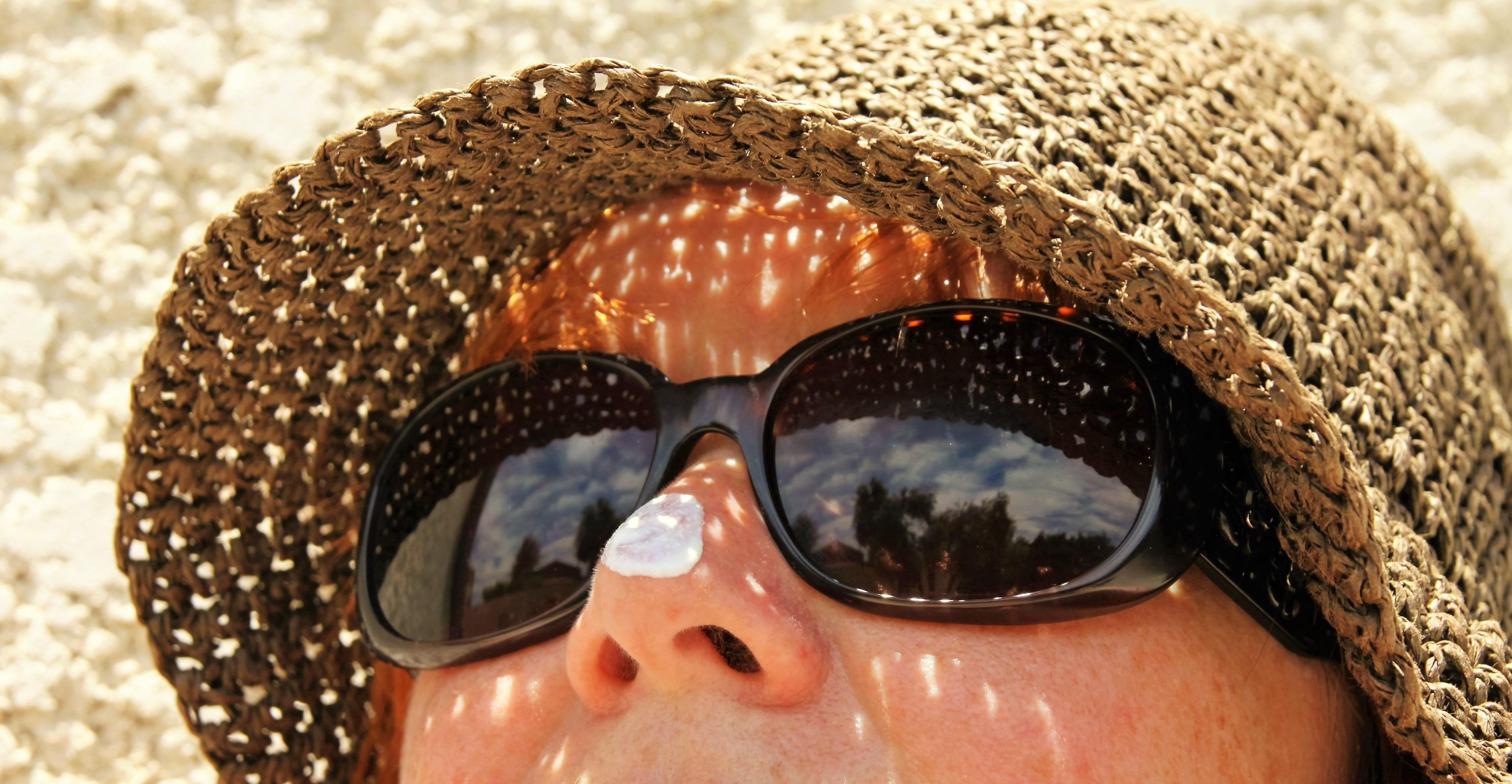 Gambar : orang, matahari, wanita, rambut, hangat, musim panas, liburan, perjalanan, refleksi, topi, peduli, pakaian, krim, hairstyle, mulut, merapatkan, ...