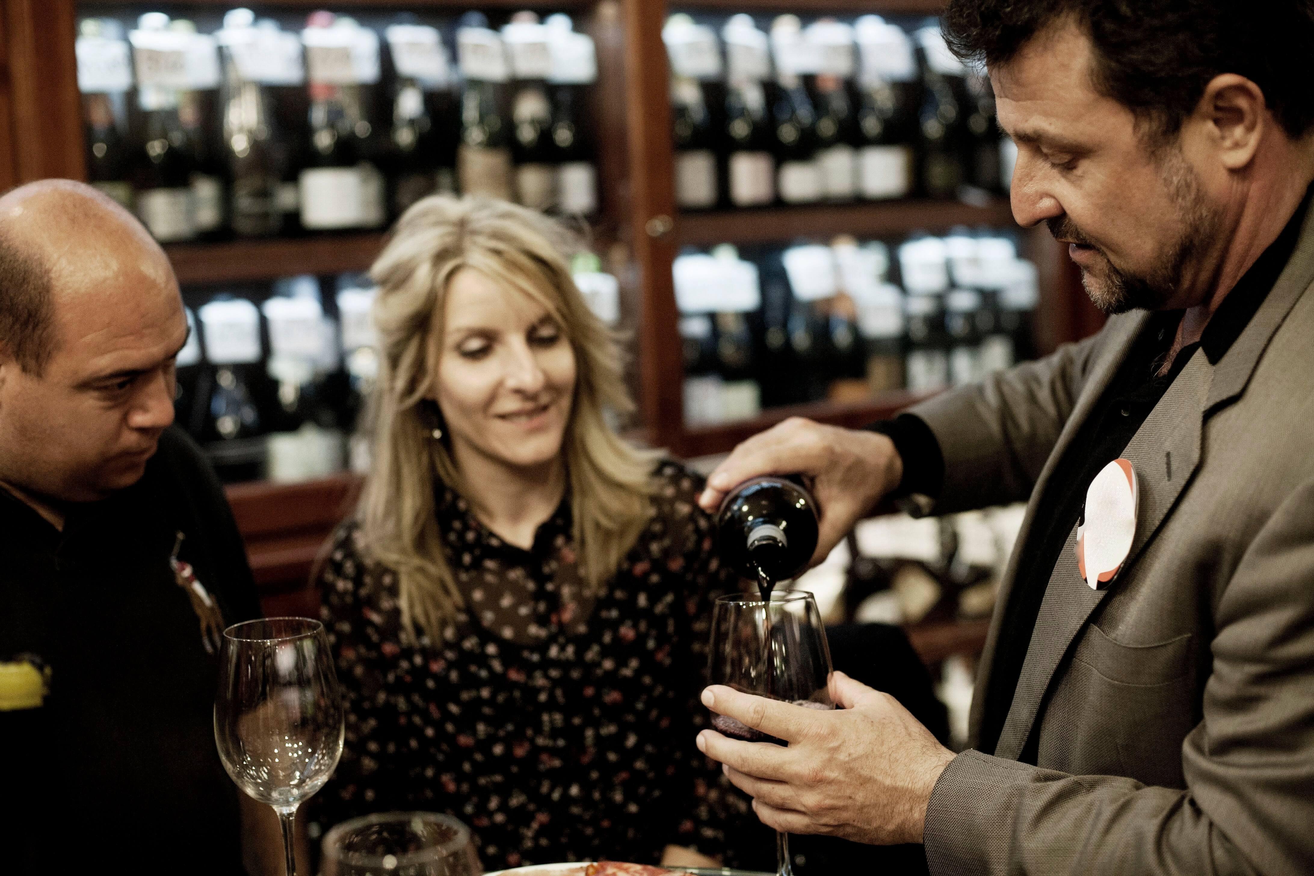 Kostenlose foto : Person, Bar, Mahlzeit, Glas Wein, Touren, Sinn ...