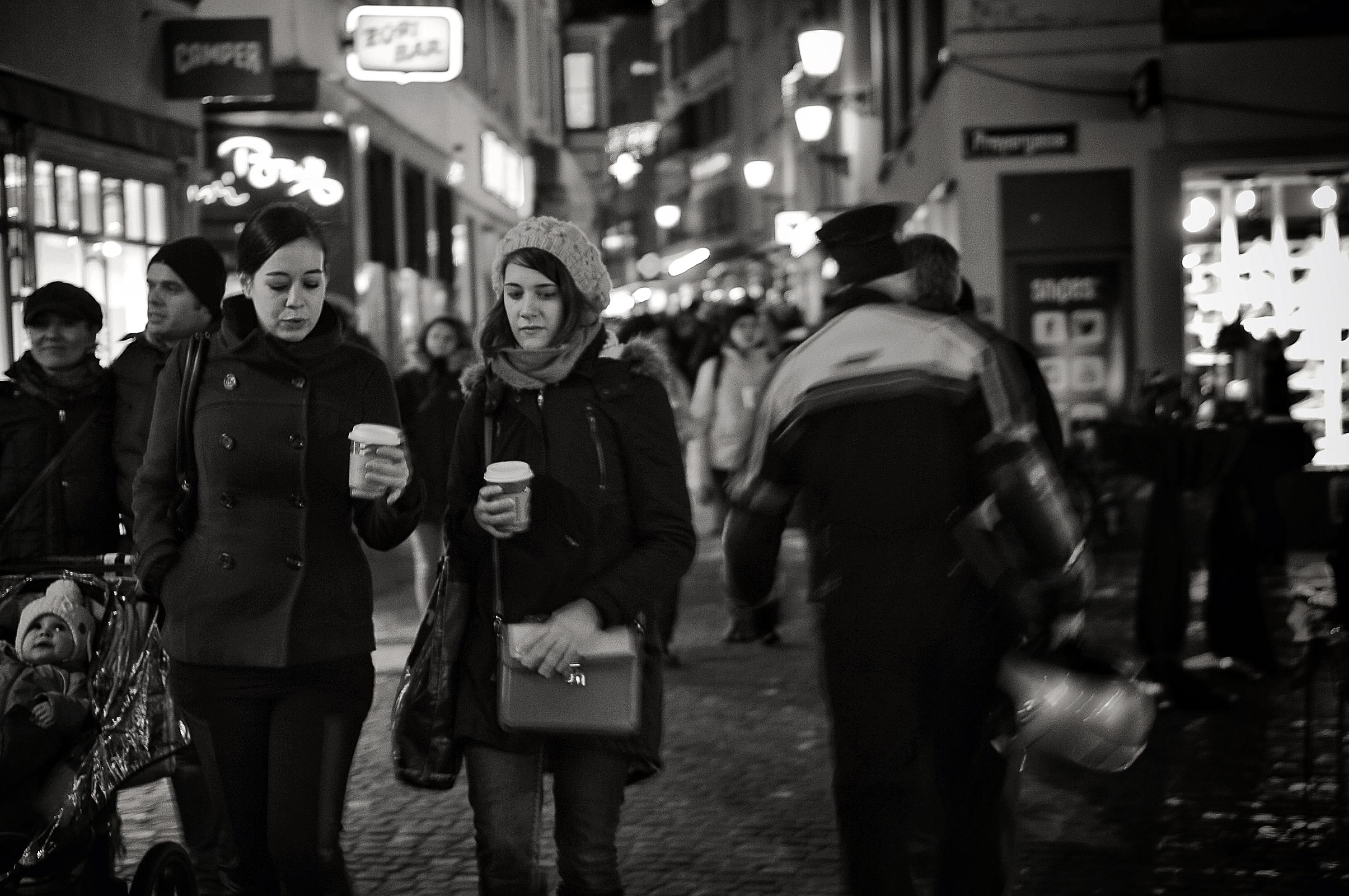 Взрослую толпа на улице — pic 3
