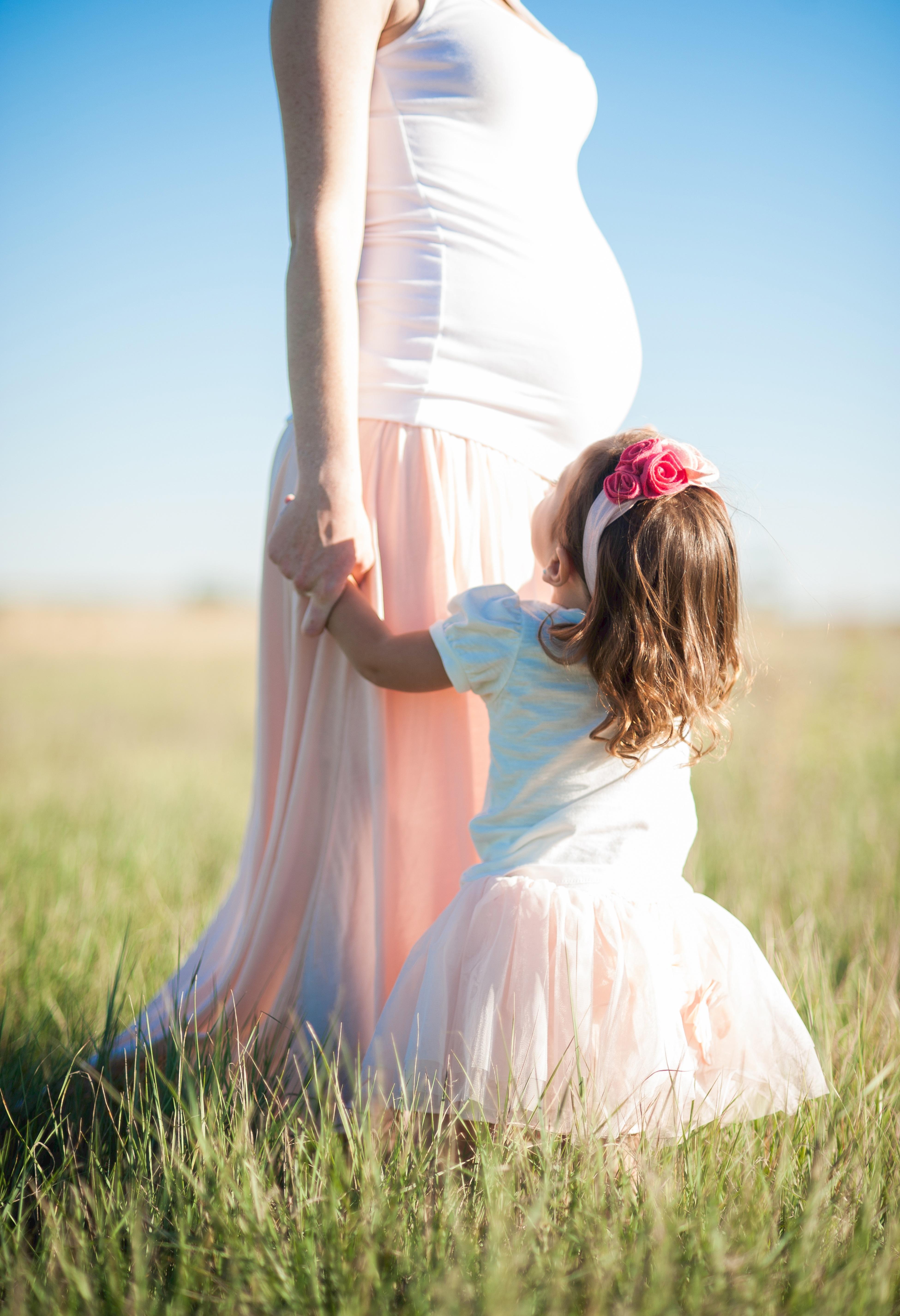 44b4c41b3 persona mujer fotografía prado flor primavera romance niño azul novia el embarazo  vestir madre fotografía embarazada