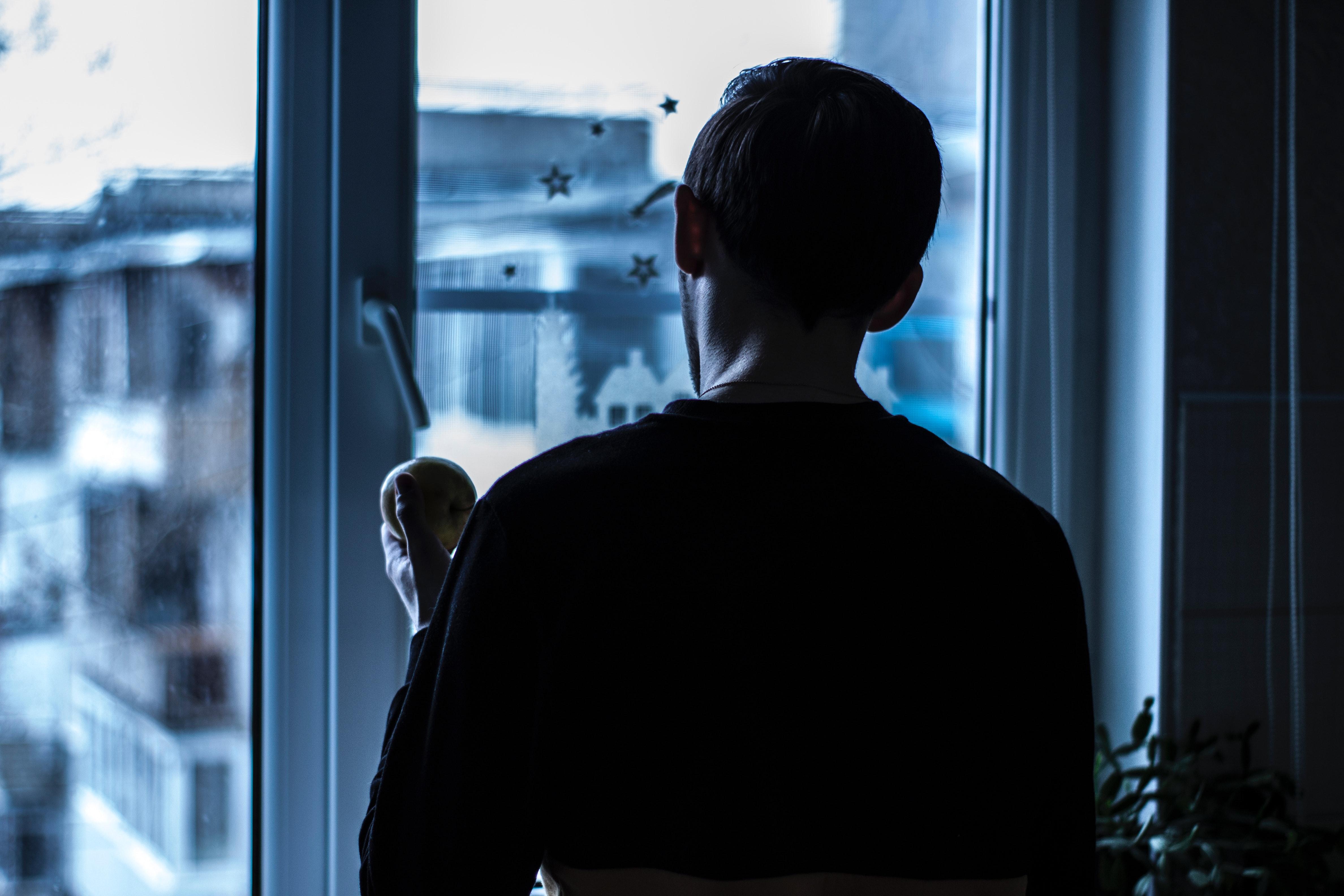 Человек с окном картинка