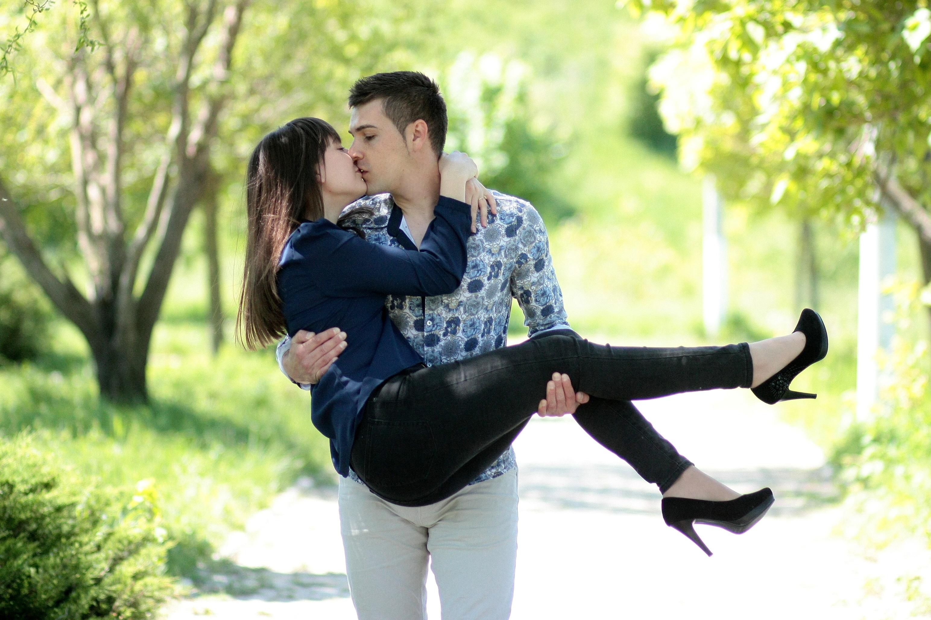 Картинка как девушка любит парня