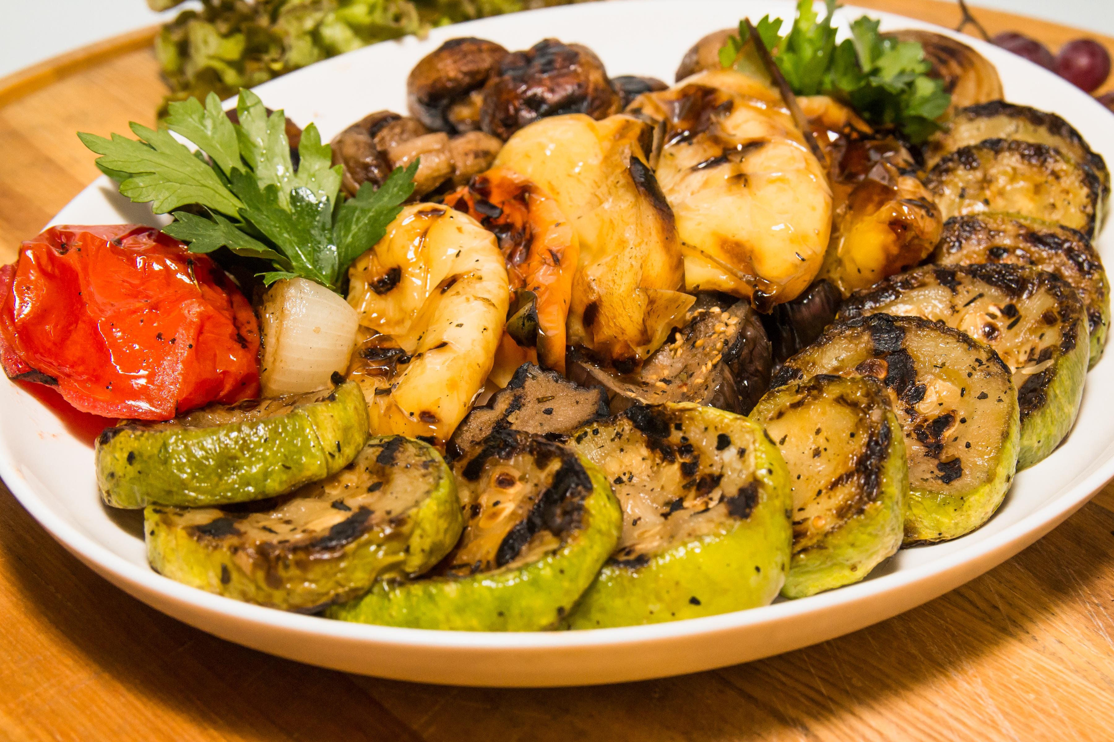 Fotos gratis : plato, verde, pimienta, Produce, vegetal, de cerca, carne, almuerzo, cocina, parrilla, utilizar, nutrición, vegetales, hongos, calabacín, ...