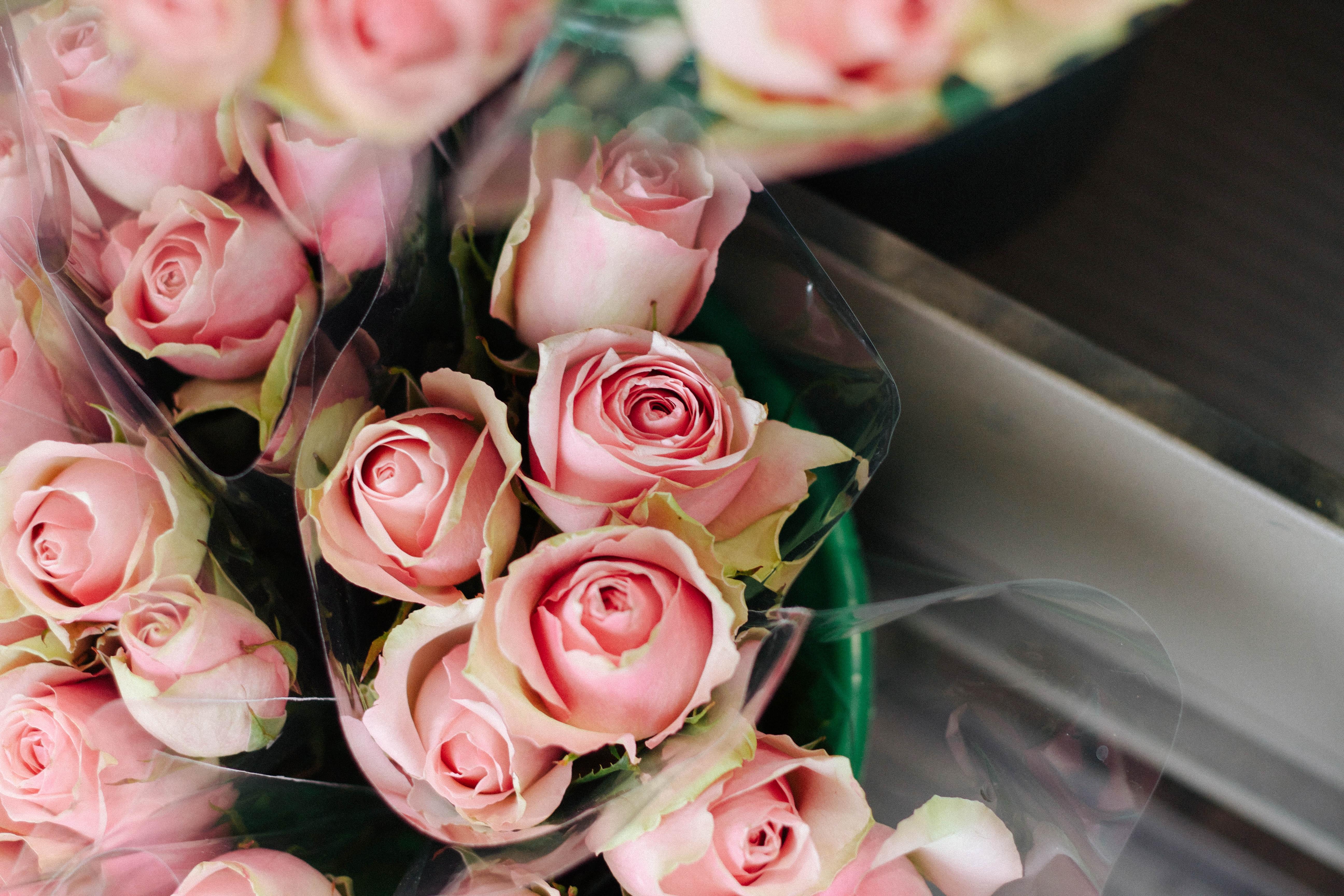 Цветы в букете пахнут розы