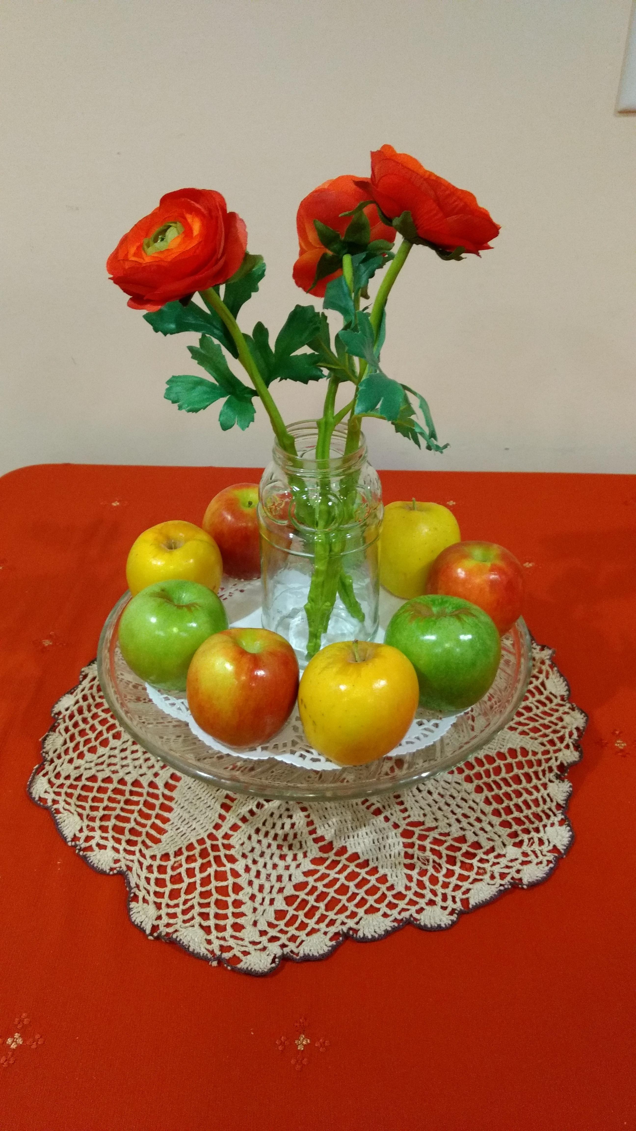 Gambar Menanam Buah Makanan Merah Menghasilkan Sayur Mayur