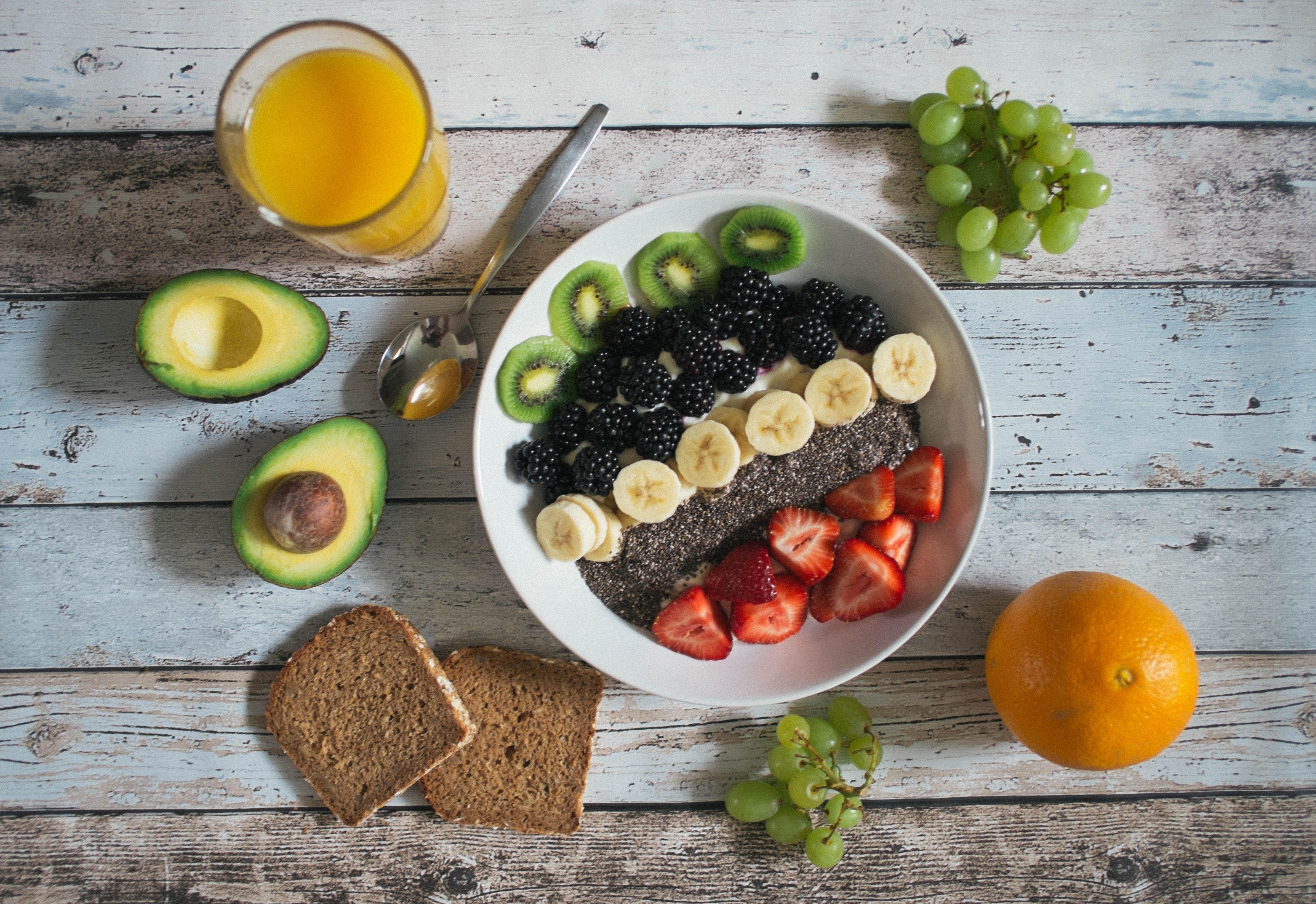 Pflanze Frucht rustikal Orange Lebensmittel produzieren Avocado Brot Holztisch Früchte blühende Pflanze Landanlage