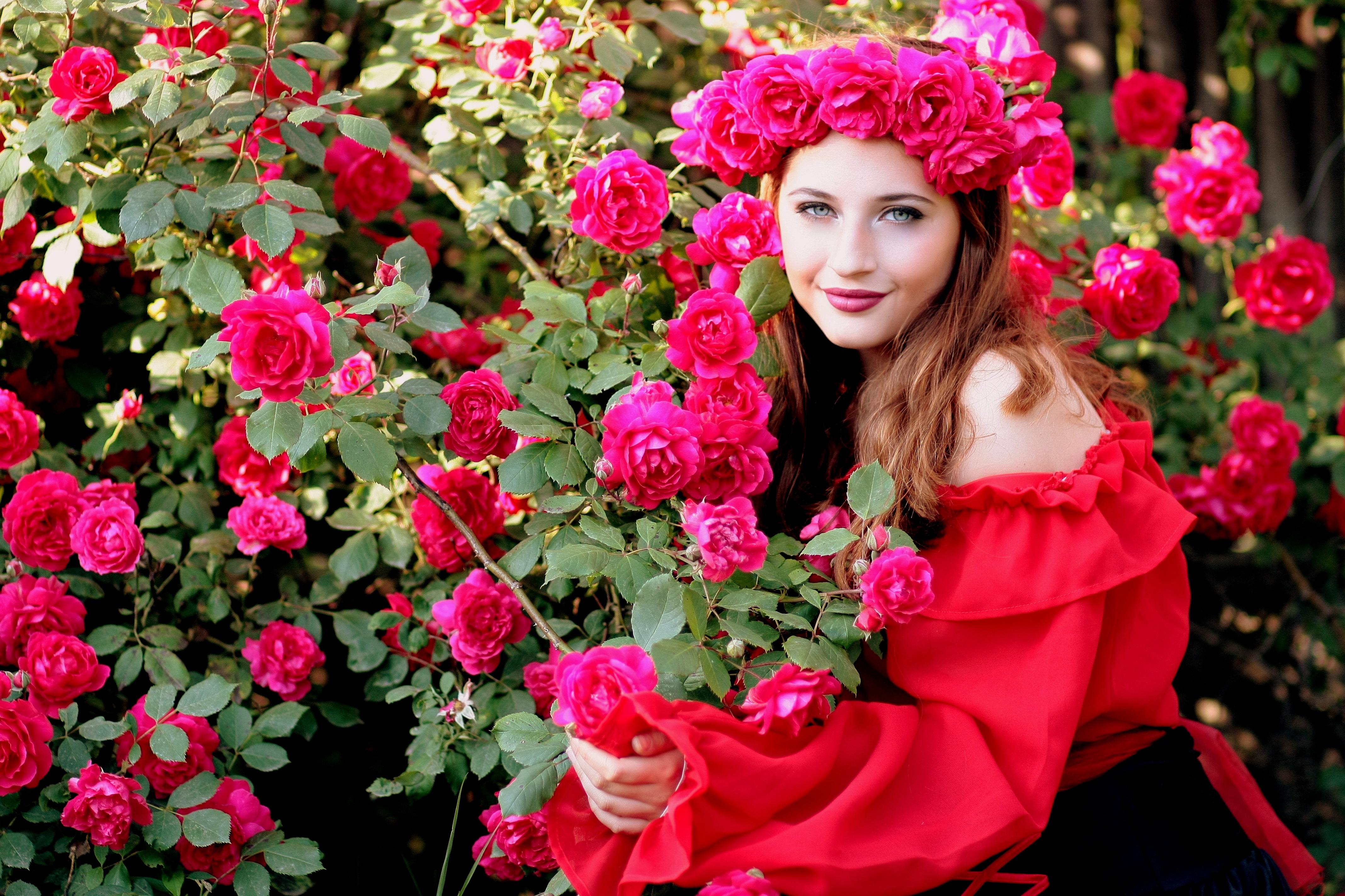 images gratuites : fille, fleur, rouge, rose, flore, couronne, des