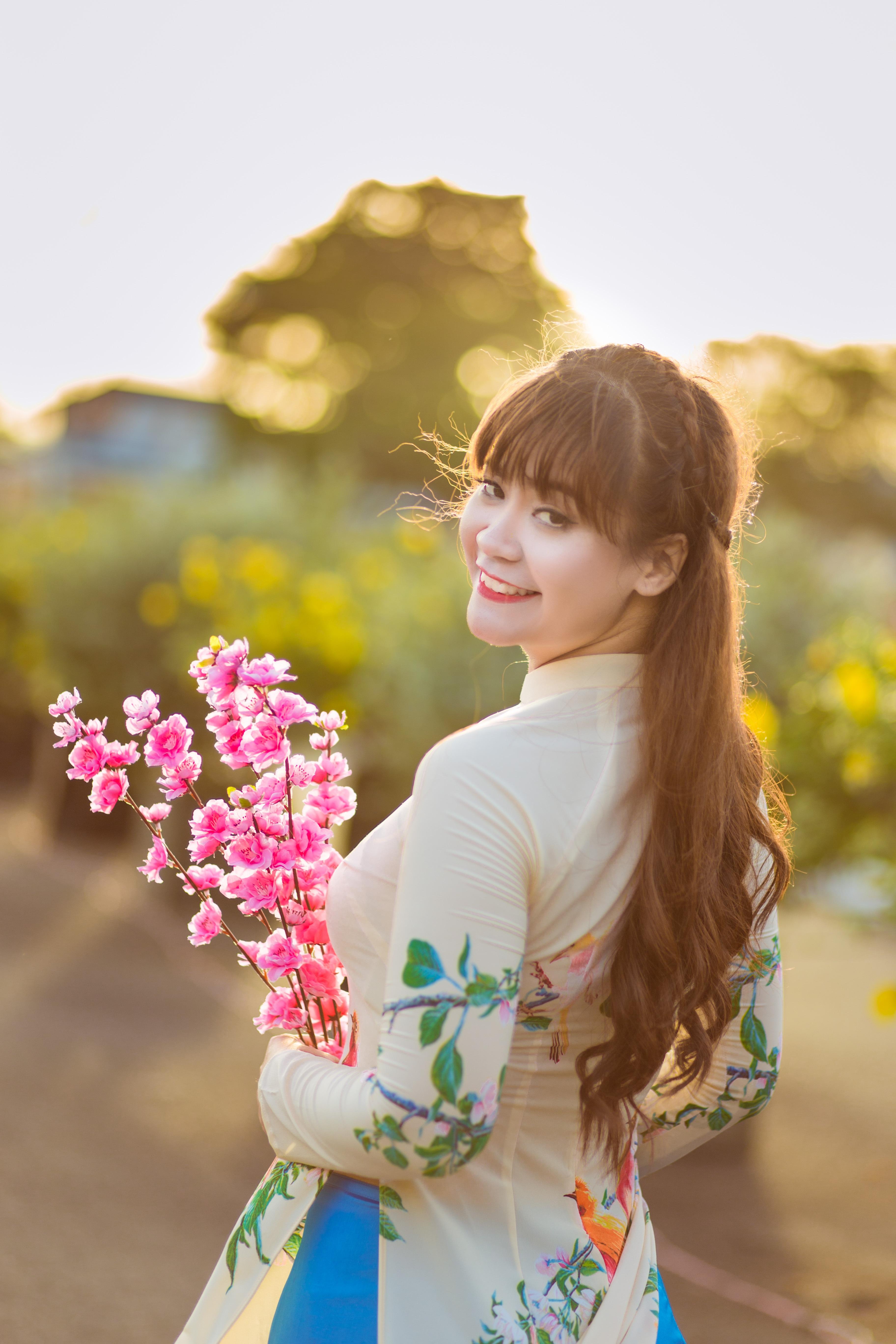 Gambar Menanam Gadis Musim Semi Kuning Berwarna Merah Muda