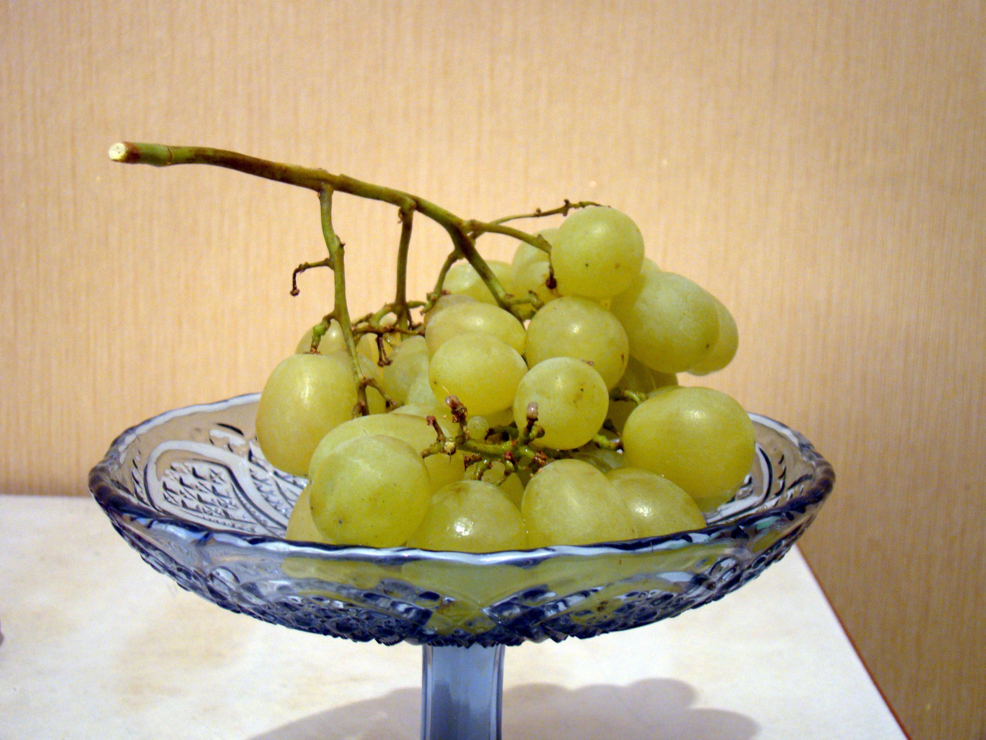 мало кто виноград на столе в вазе фото что думаете этой