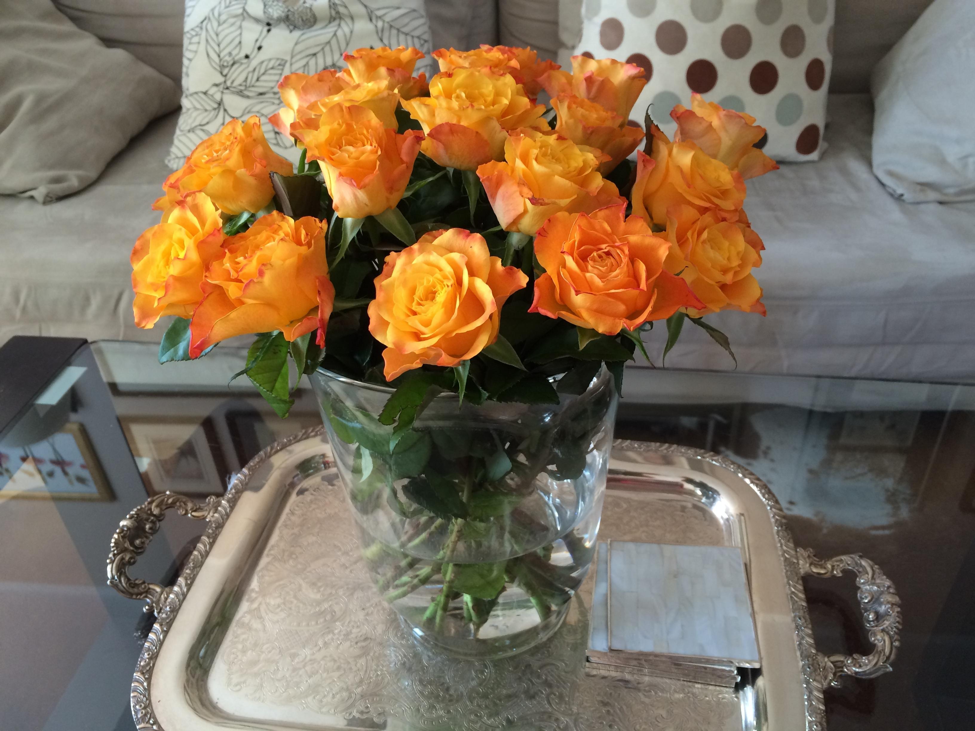 Картинки розы в вазе на столе дома