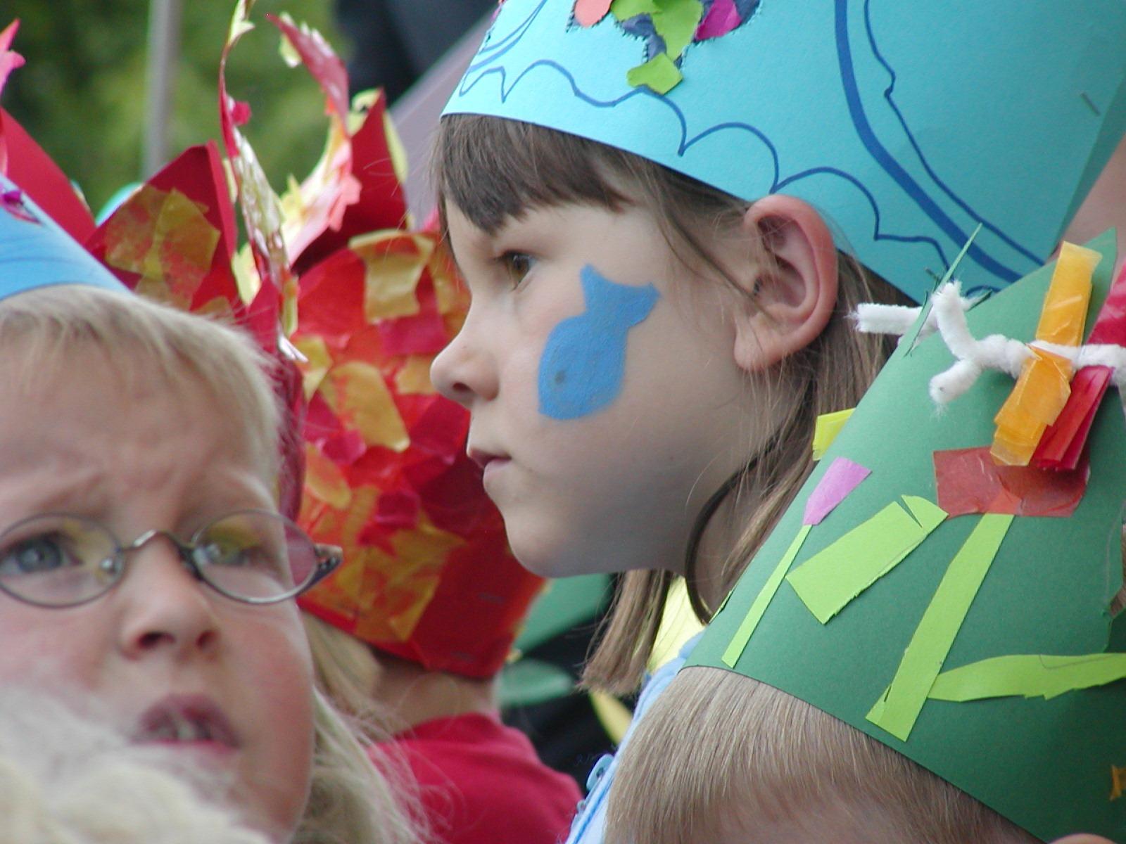 jugar color niño festival niños disfraz 3ee69cca72f