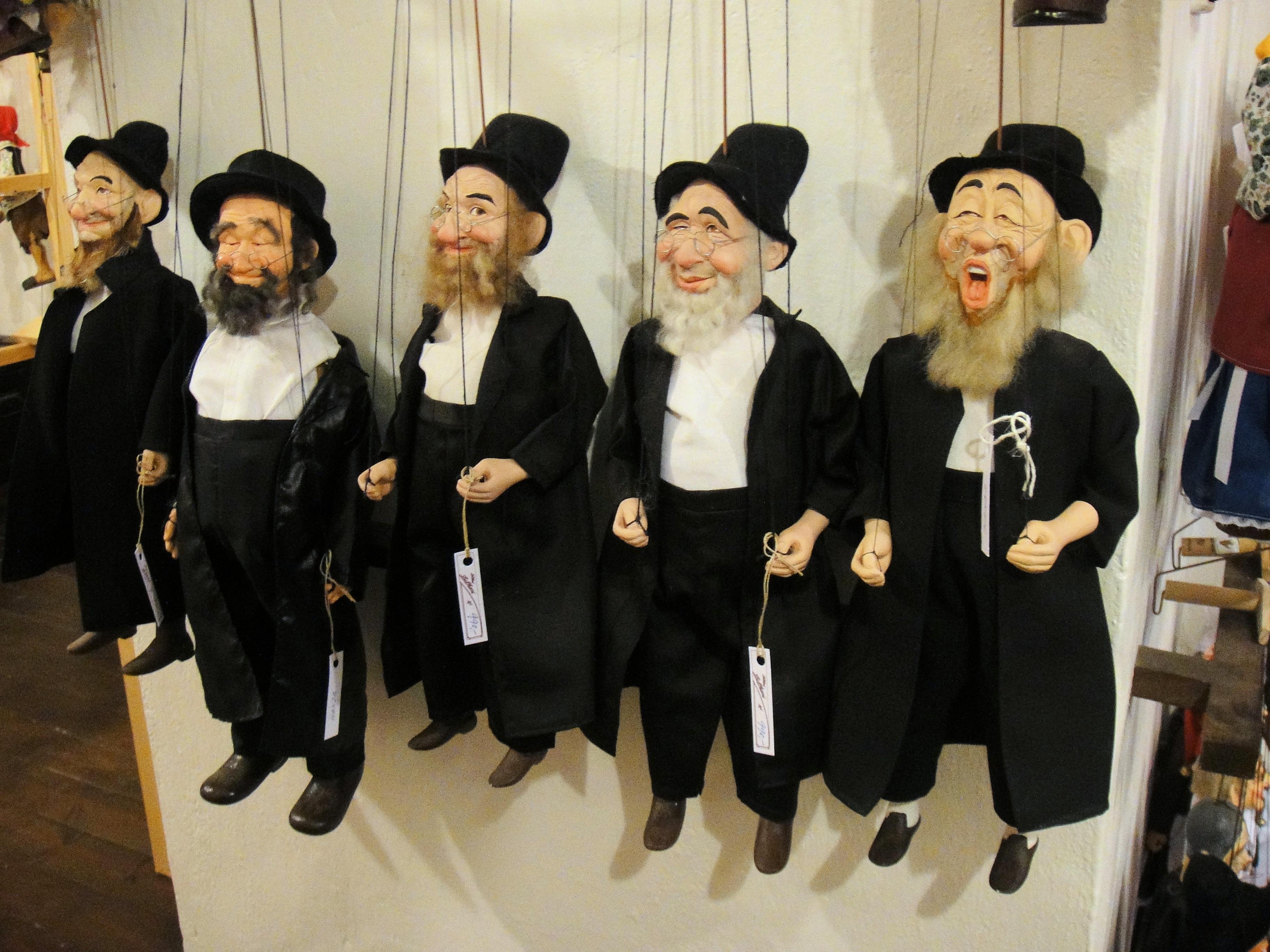 Gambar Wayang Boneka Karikatur Wisuda Yahudi Ibrani Gaun