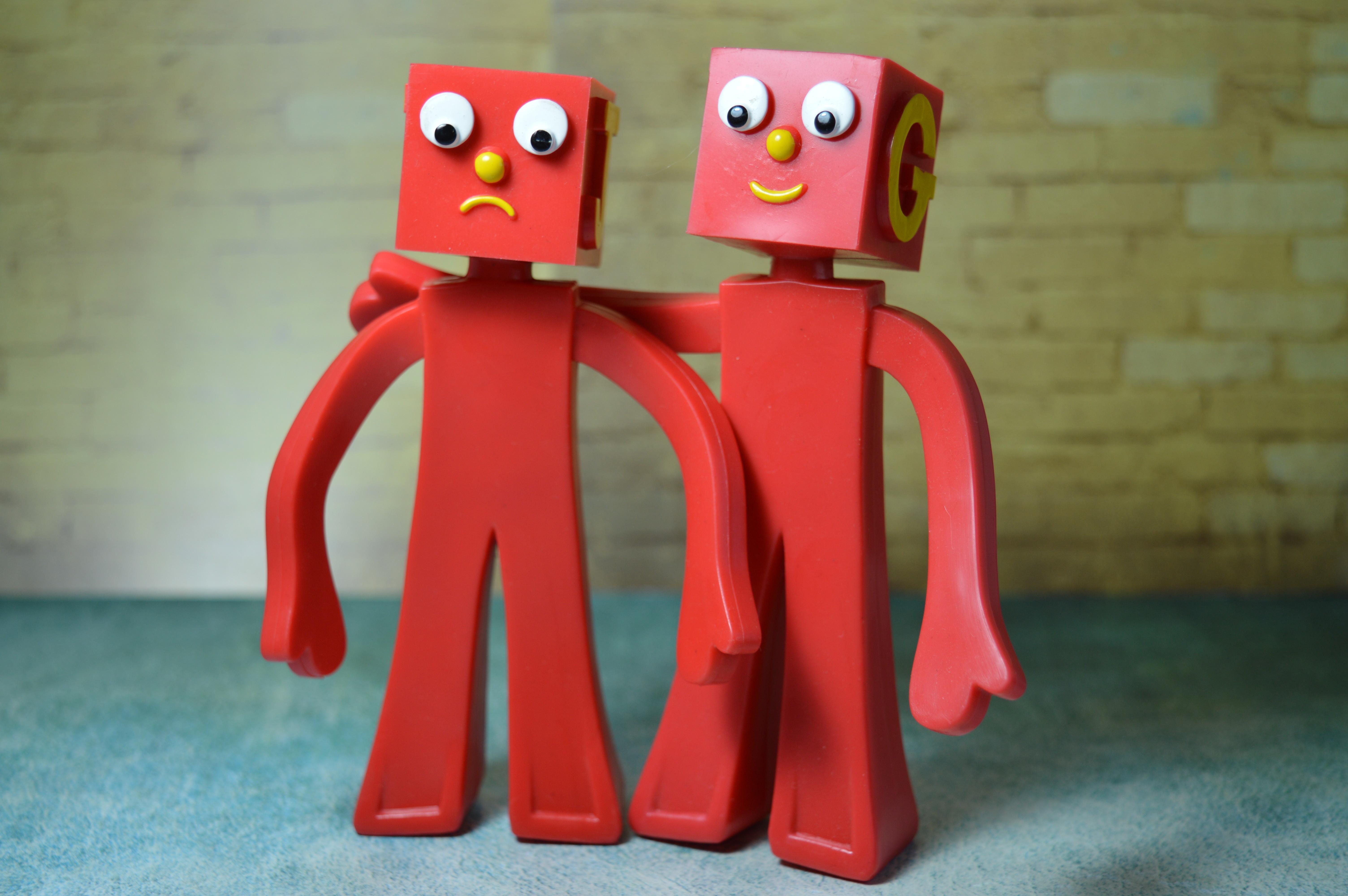 Gambar Merah Persahabatan Bersama Mainan Teman Sobat Sedih