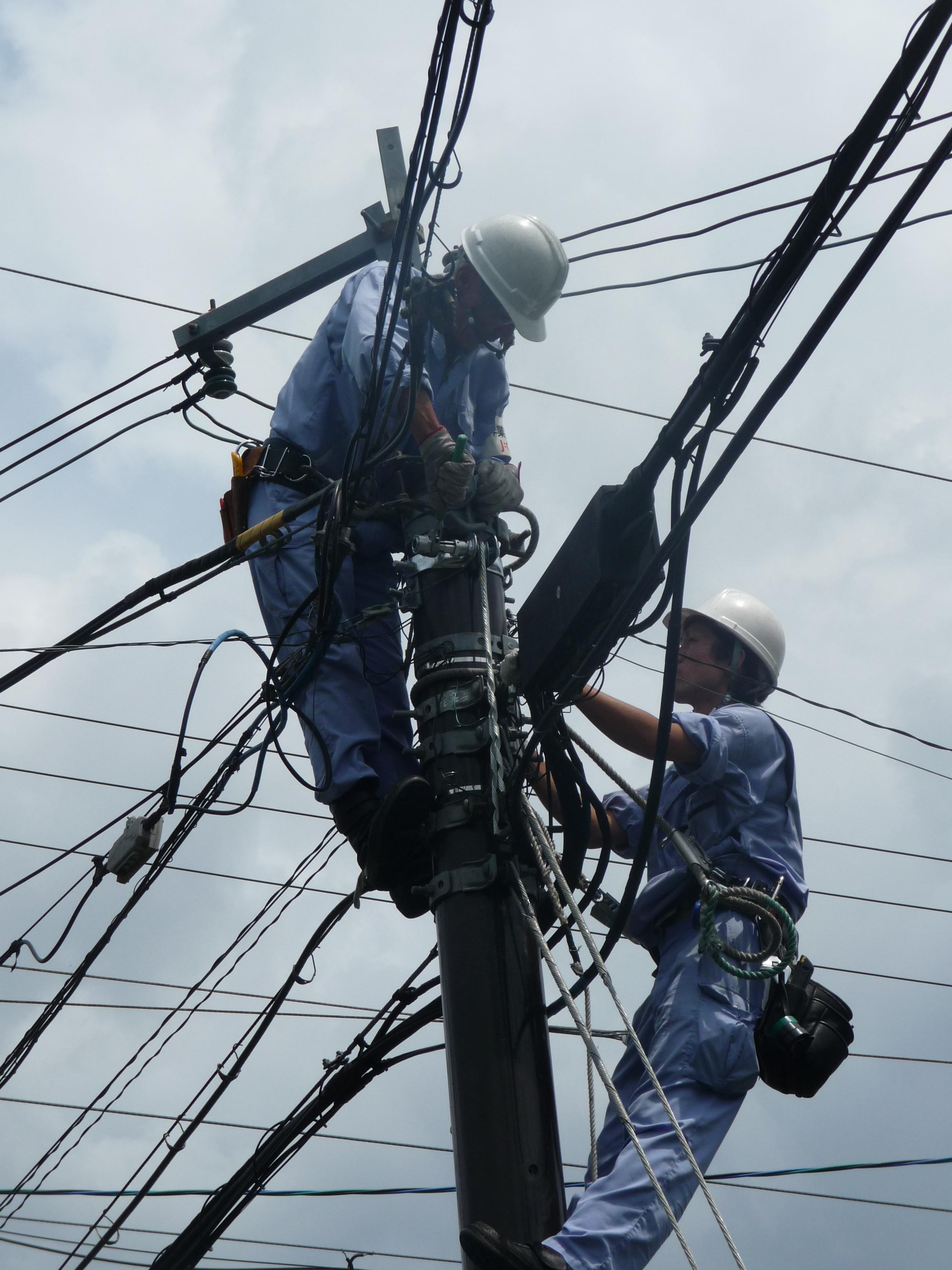 Bildet reparere kj ret y mast elektrisitet linjer - Cables de electricidad ...