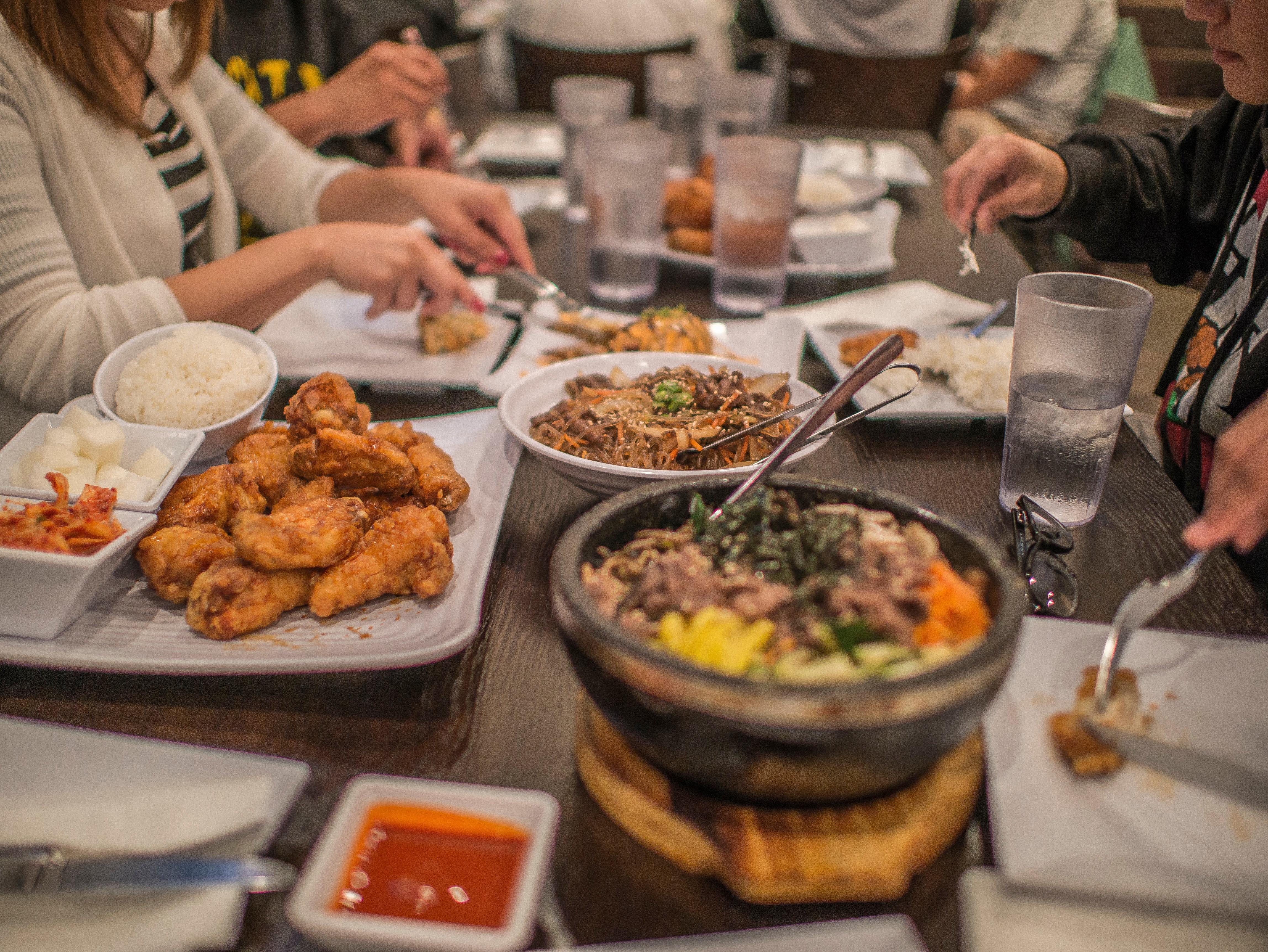Gambar Restoran Hidangan Makan Siang Masakan Prasmanan