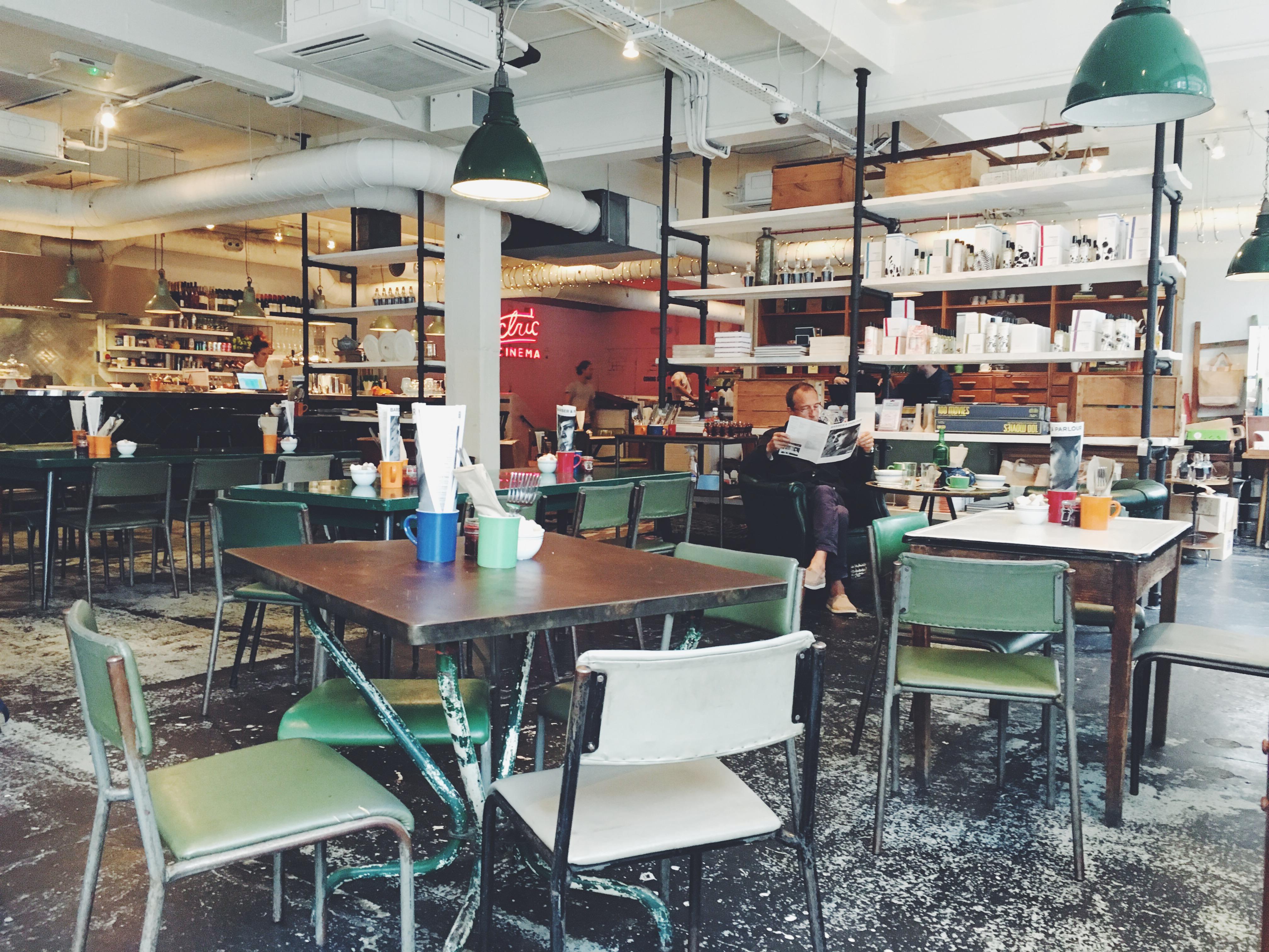 restaurant kamer klas interieur ontwerp stoelen binnenshuis dining planken tafels zetels cafetaria voedselbank