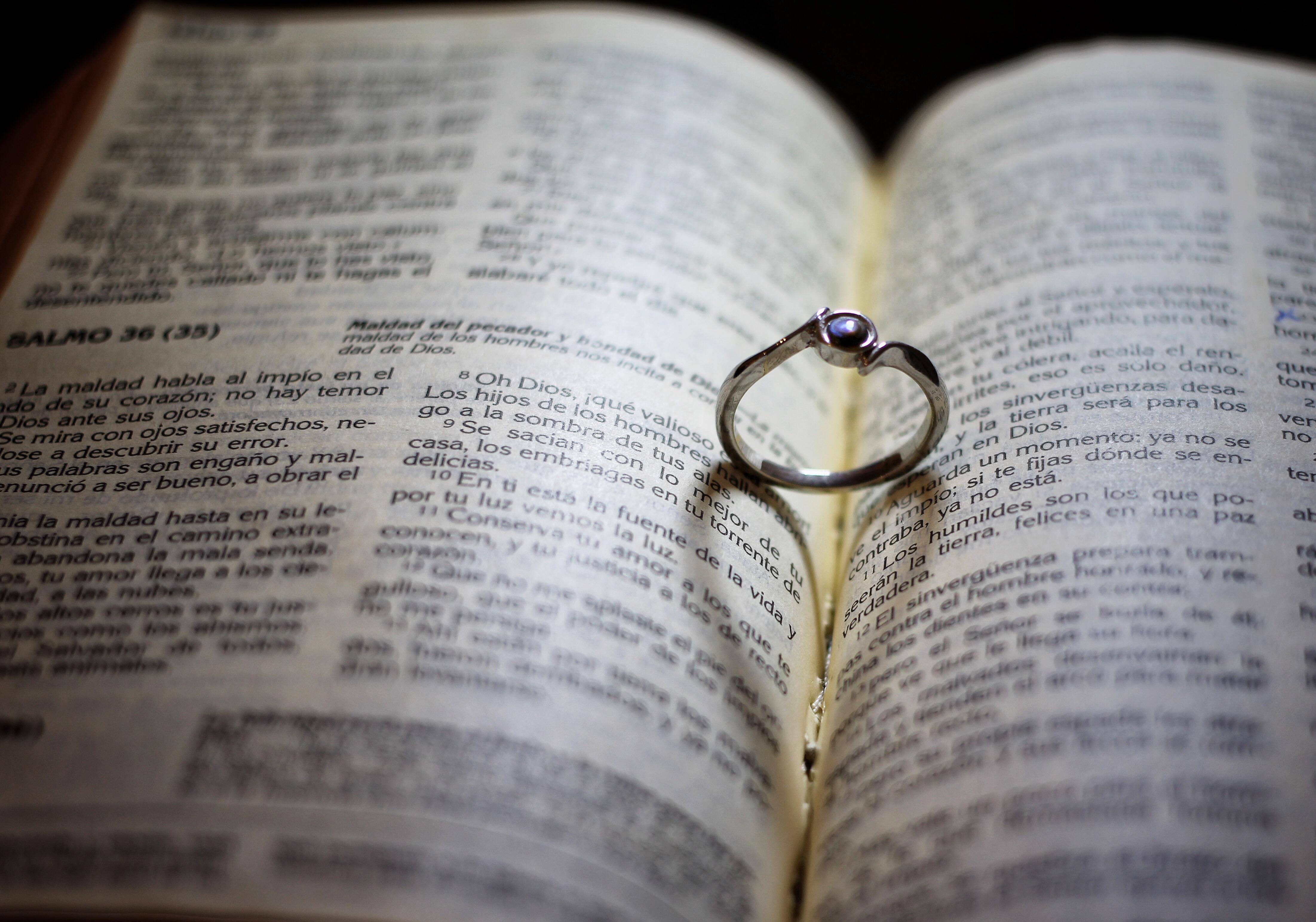 Kostenlose Foto Ring Bibel Buch Spanisch Schmuck