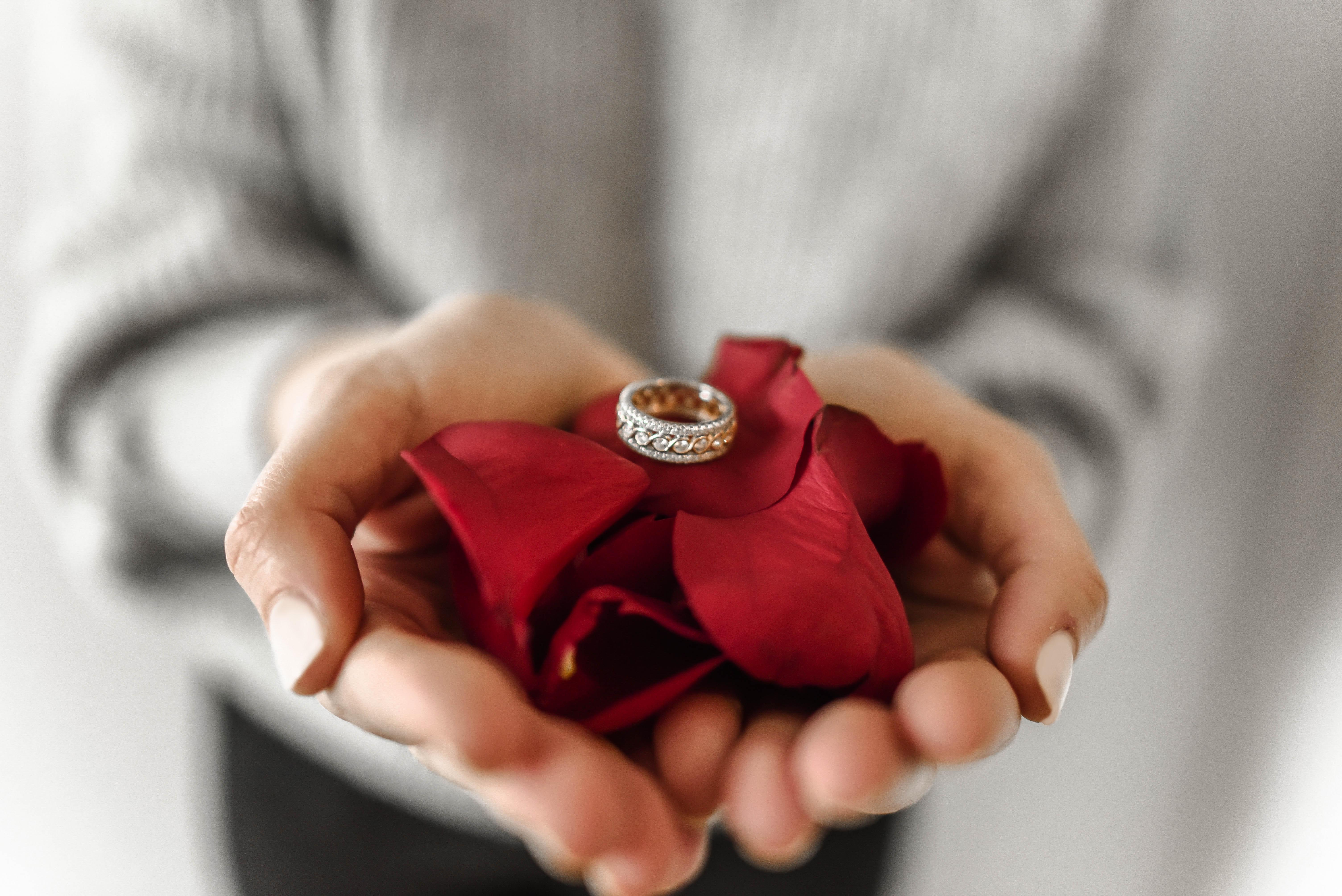 выезжает воду фотография кольцо и сердце гораздо тяжелее