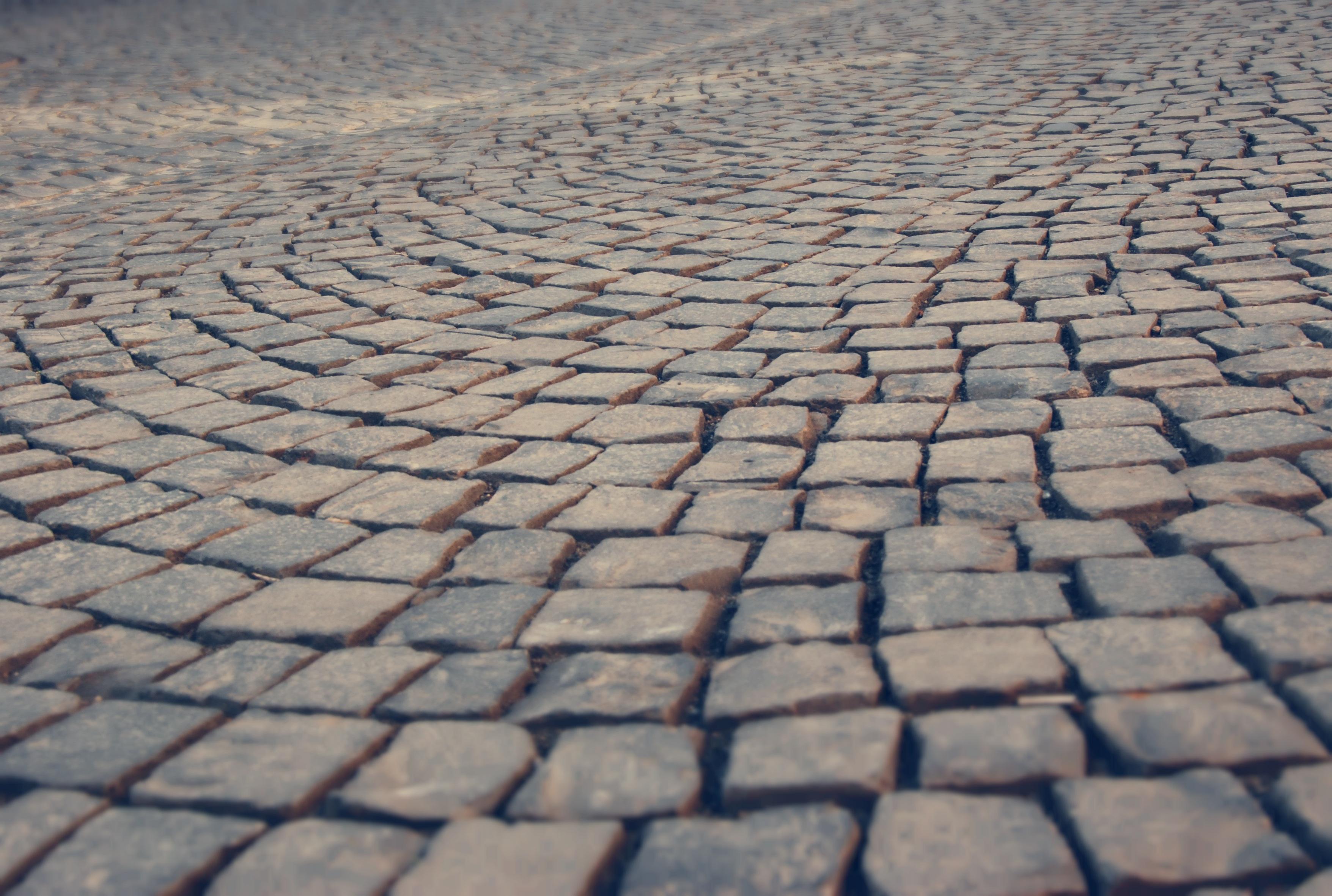 fotos gratis la carretera suelo textura acera piso techo guijarro asfalto pavimento pasarela azul ladrillo material parche piedras mosaico