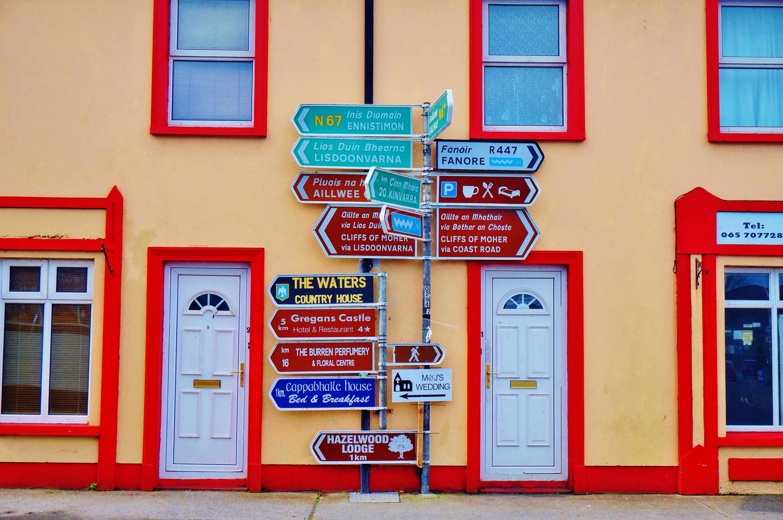 717d39f3 vej hus væg skilt rød farve blå dør Indretning kunst vej Irland Galway  vinduet dækker