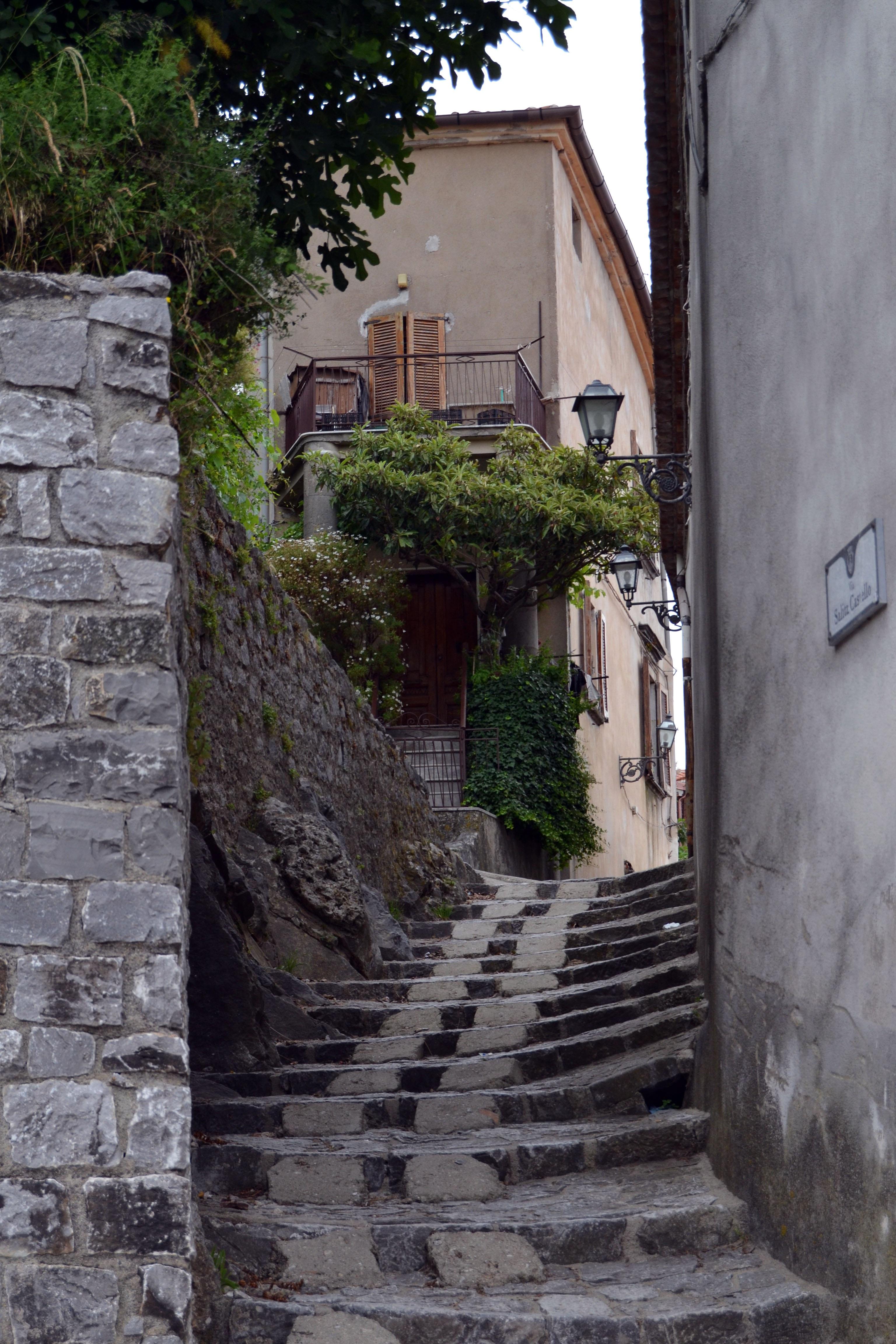 Images gratuites route rue maison ruelle mur for Escalier maison ancienne