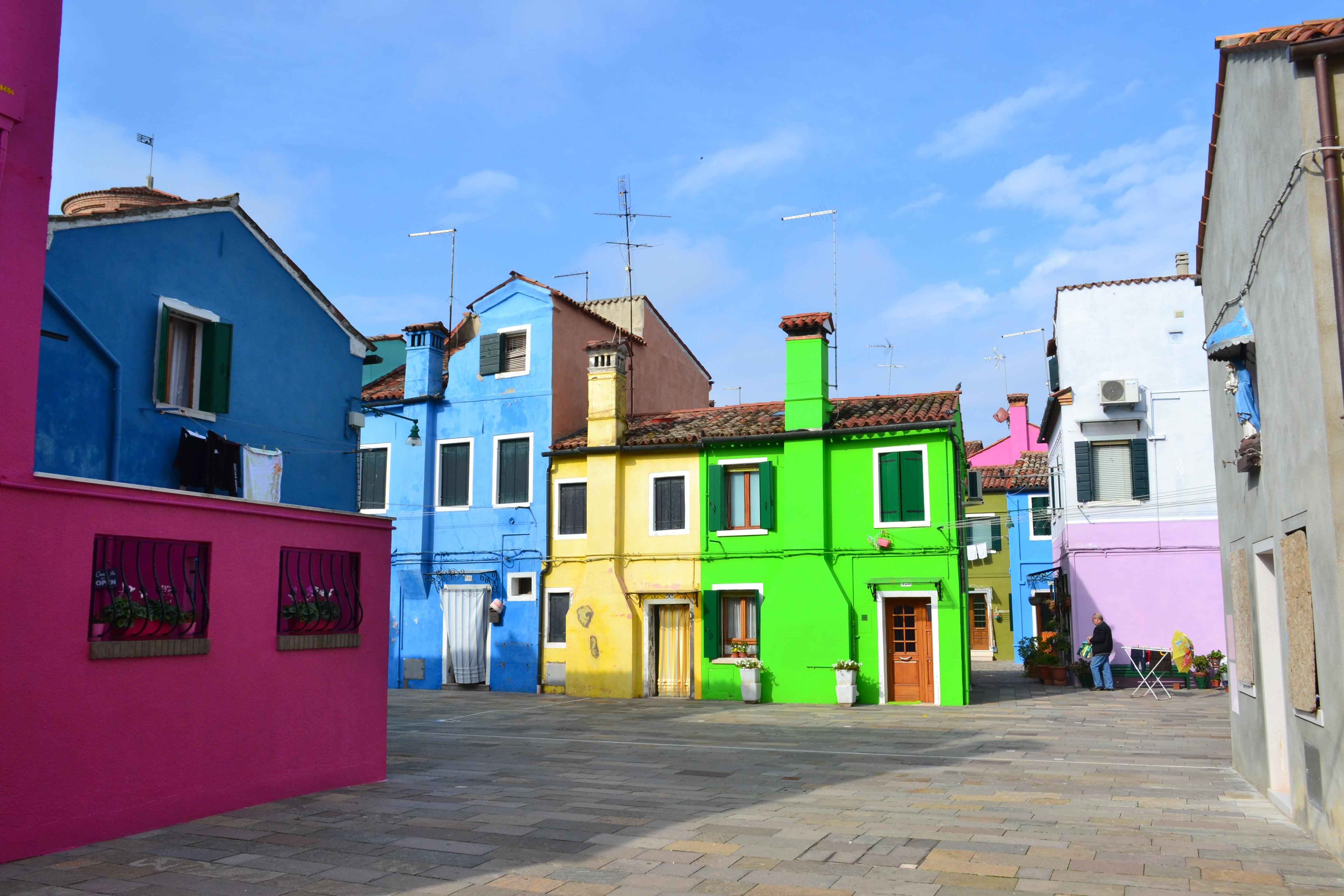 Facades De Maisons En Couleurs images gratuites : route, rue, maison, ville, couleur