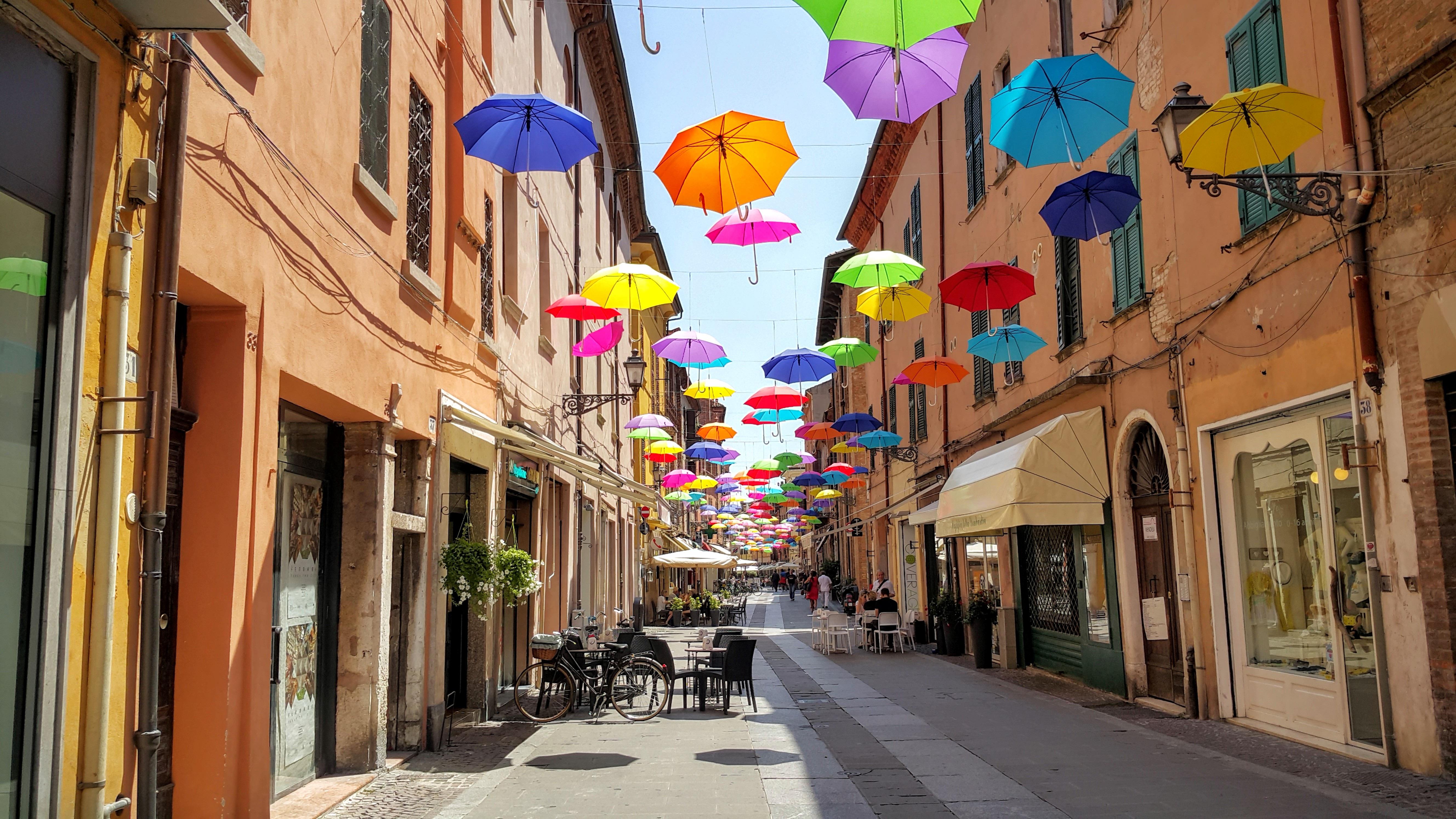 bildet vei gate by bakgate bybildet sentrum dekorasjon paraply farge italia. Black Bedroom Furniture Sets. Home Design Ideas