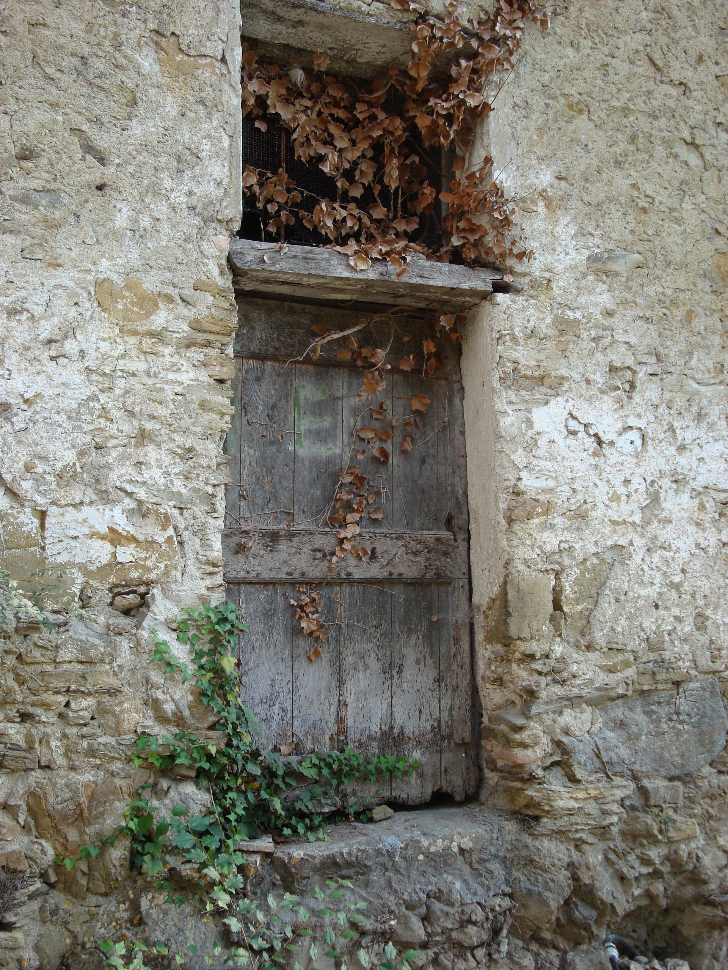 Immagini belle roccia architettura legna casa for Finestra legno antica