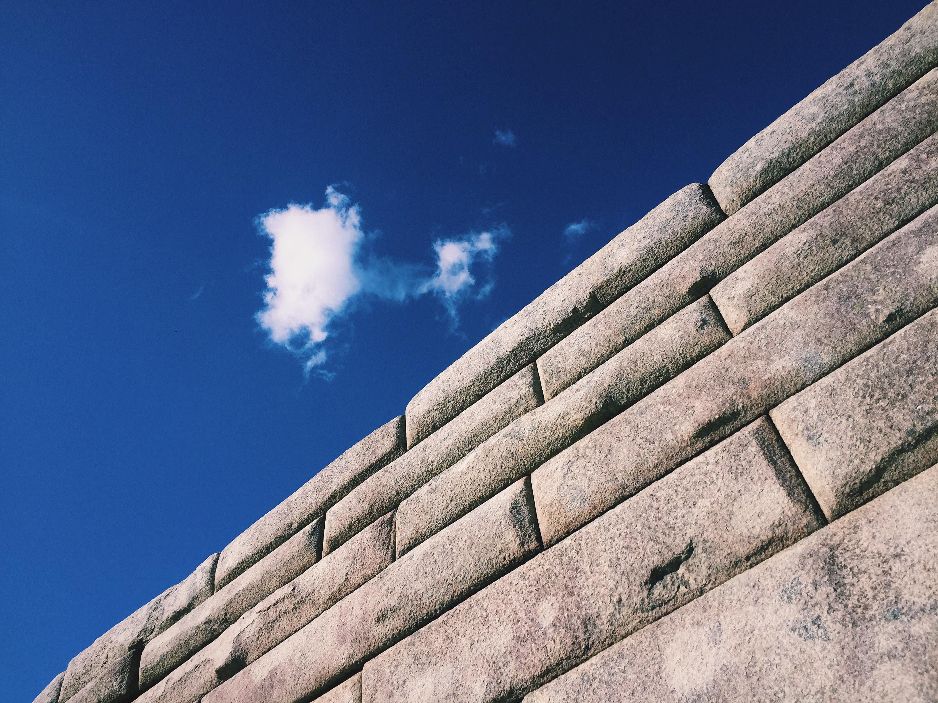 Hình Ảnh : Đá, Đám Mây, Bầu Trời, Ánh Sáng Mặt Trời, Mái Nhà, Tường, Hàng,  Màu Xanh Da Trời, Hình Dạng 3264x2448