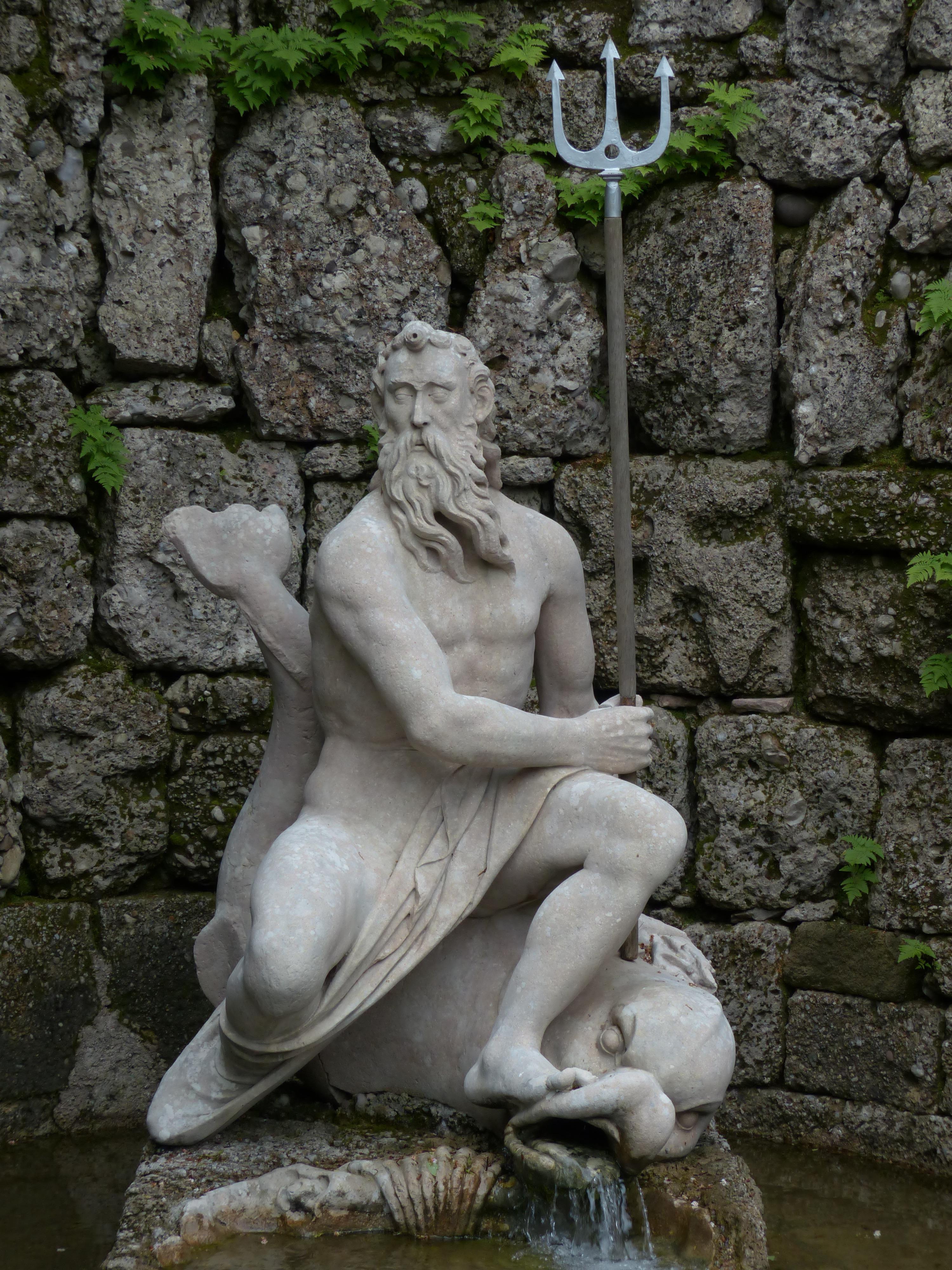 templo tallado tridente fuente de agua salsburgo mitologa neptuno figura de piedra esculpir historia antigua diablos posiciones humanas