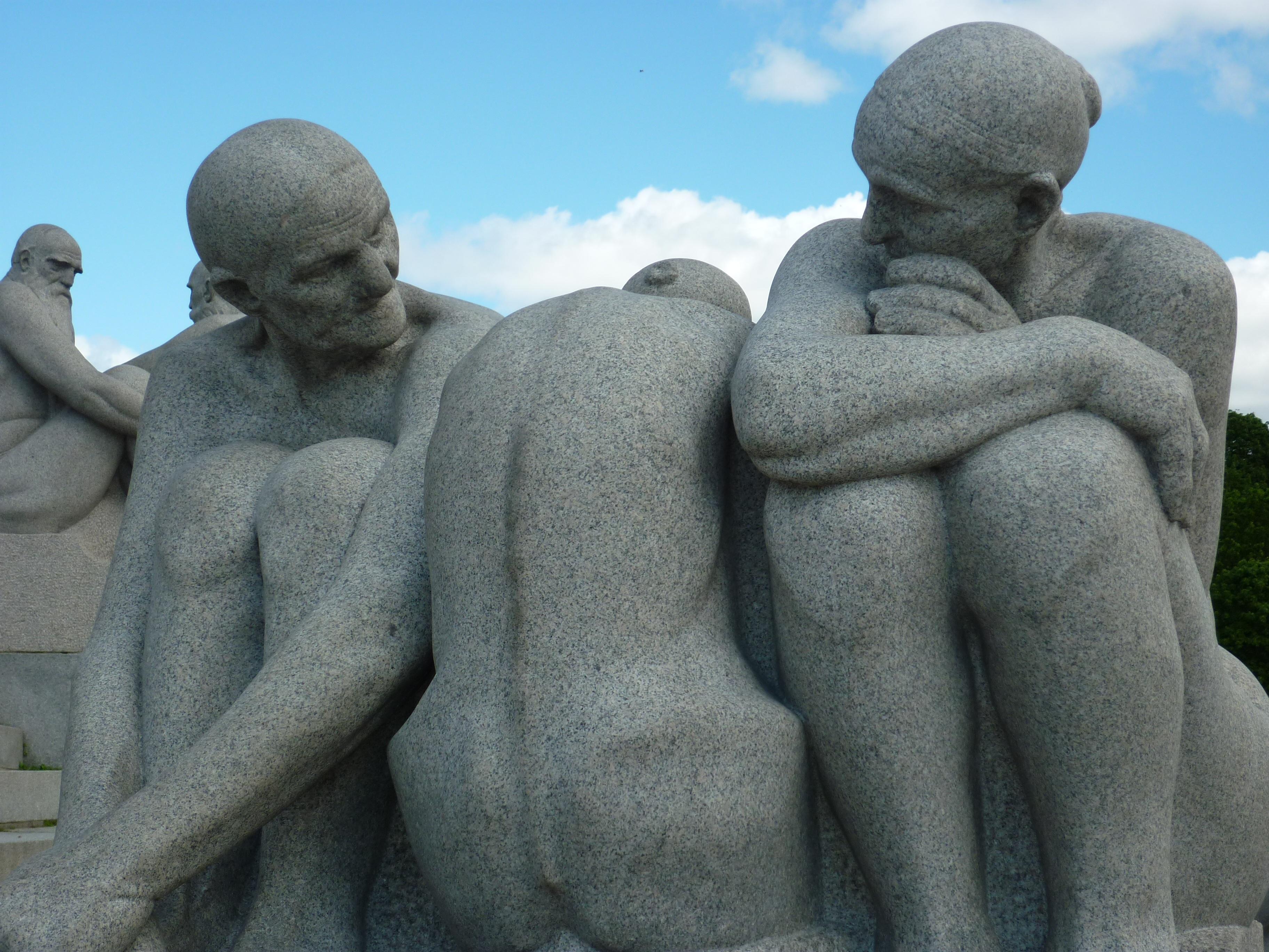 Un grupo escultórico de tres figuras humanas desnudas ya en la vejez