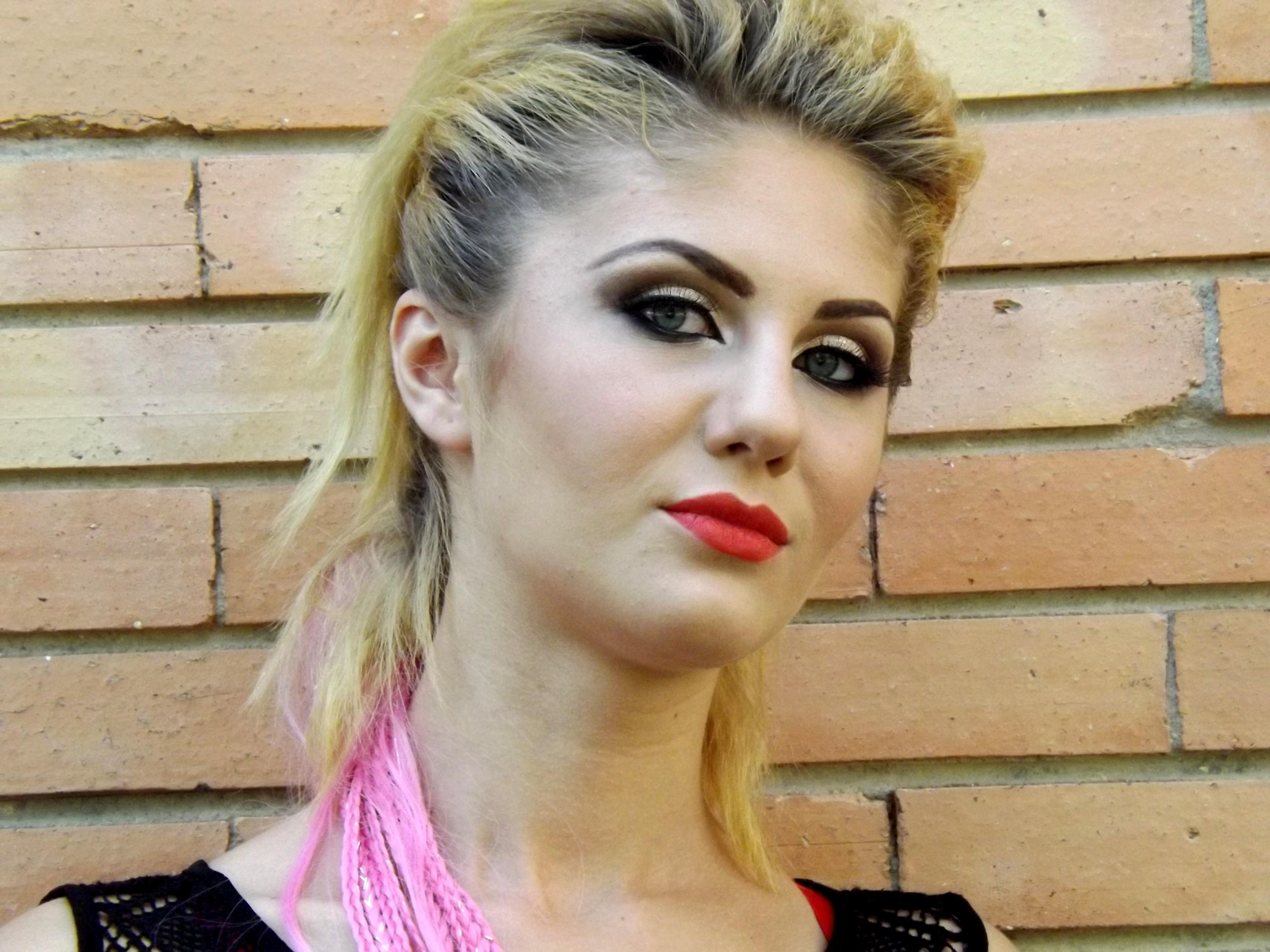 Fotoğraf Kaya Kişi Kız Kadın şarkıcı Model Moda Bayan