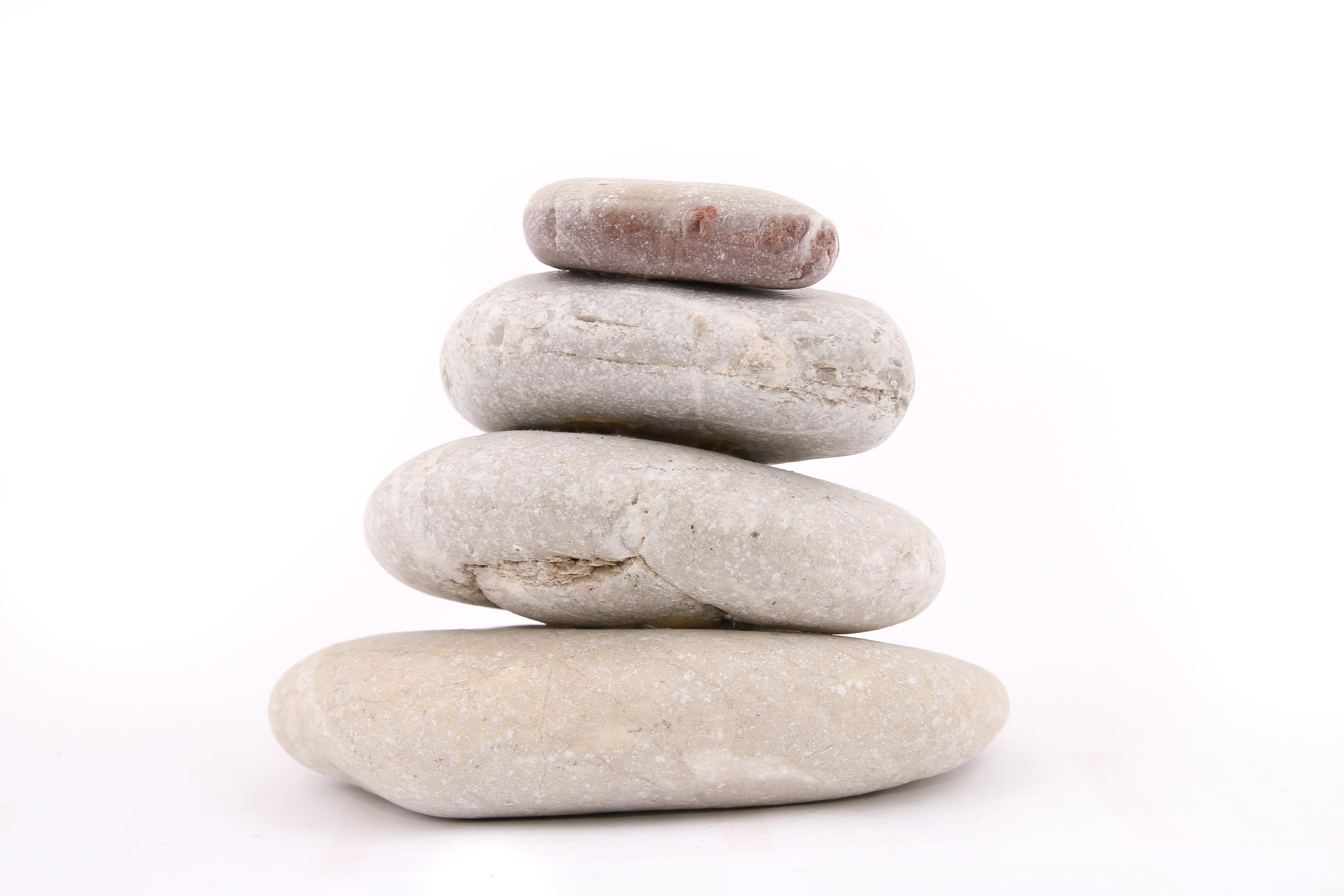 rock piedra guijarro apilar material zen meditacin tranquilidad de espritu las piedras sobre un fondo blanco - Piedras Zen