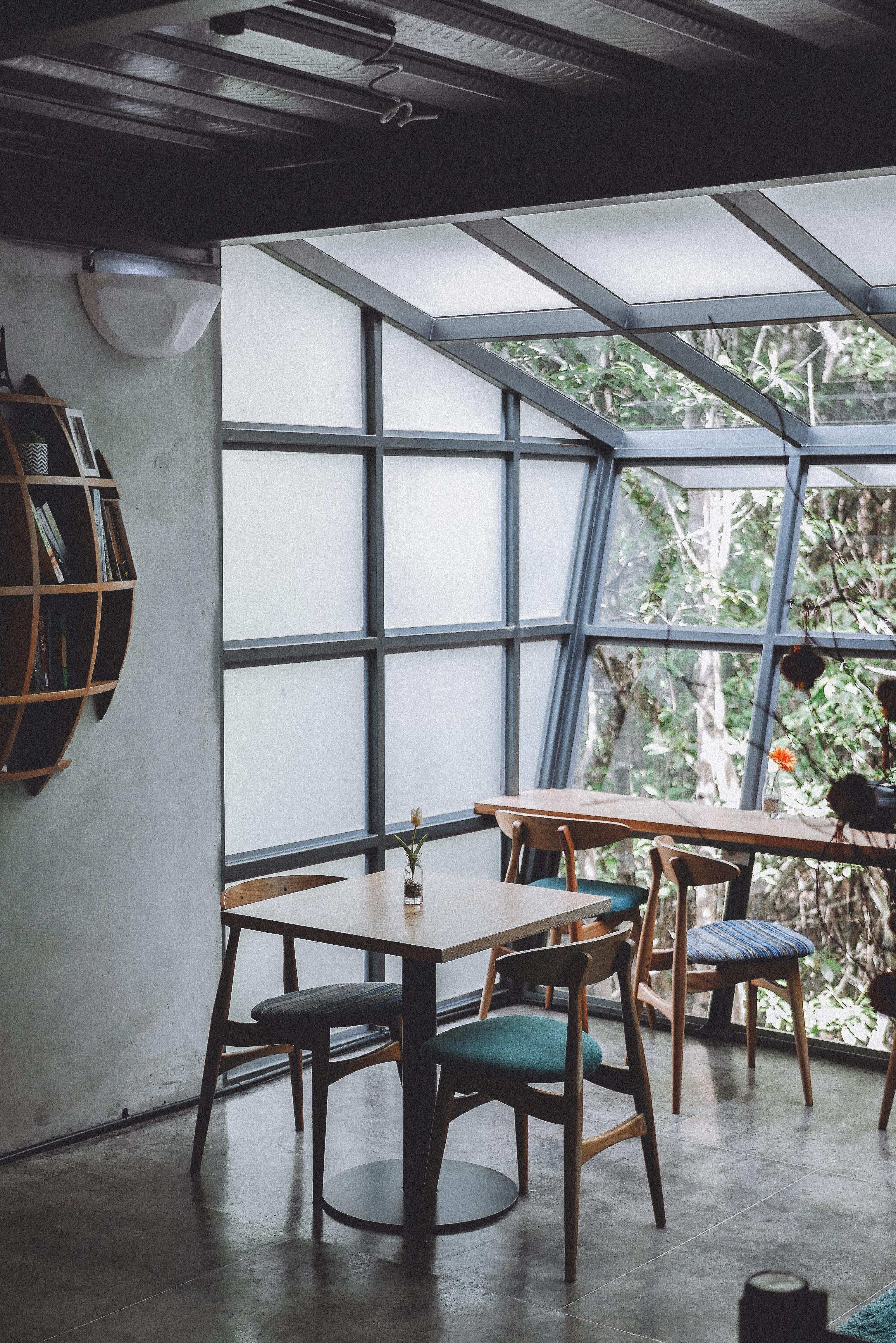 316d4672a2ab izbu budova nábytok interiérový dizajn denné osvetlenie stôl strop  architektúra okno dom stoličky podkrovie podlaha