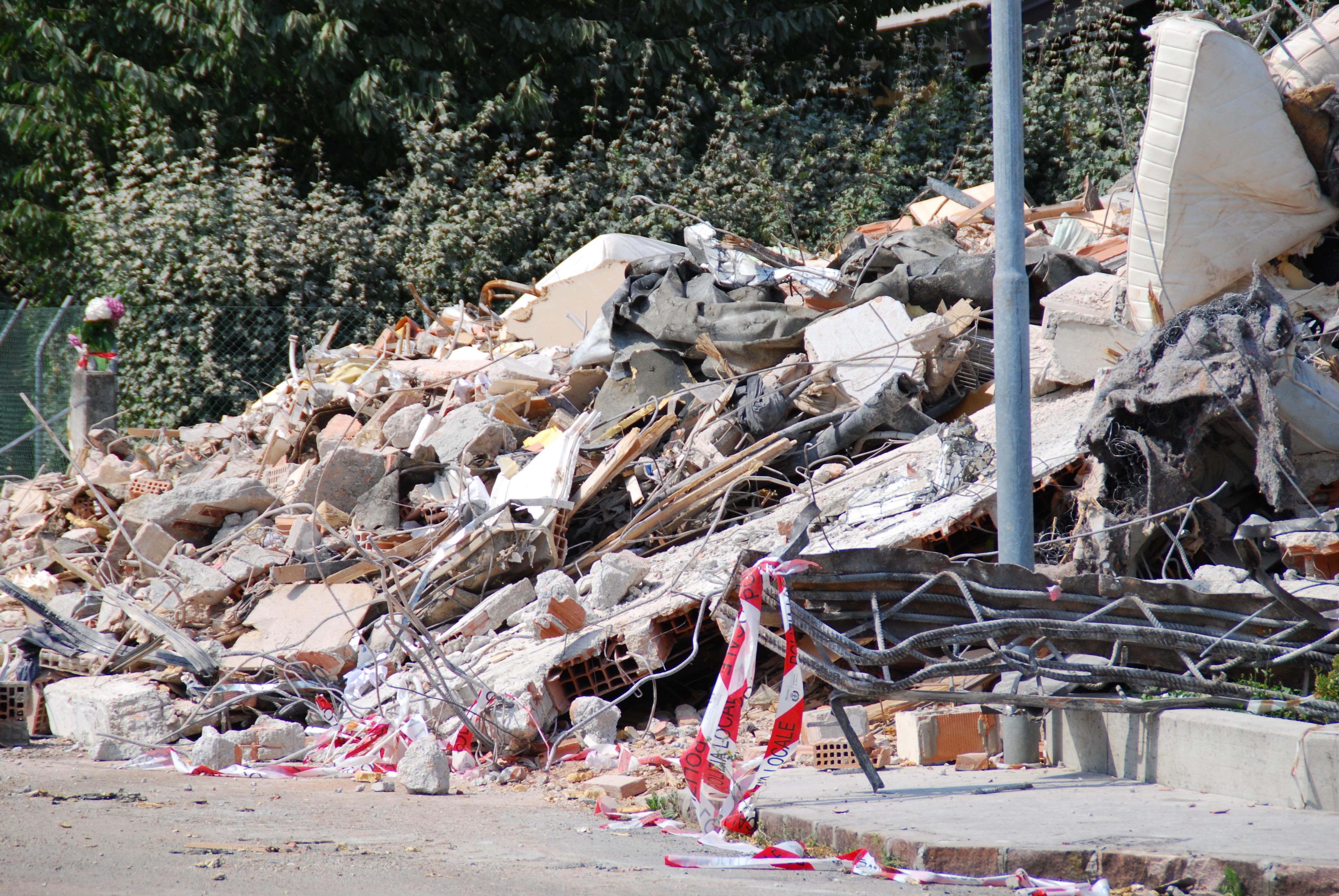 Gambar Kesedihan Puing Limbah Bencana Pembongkaran