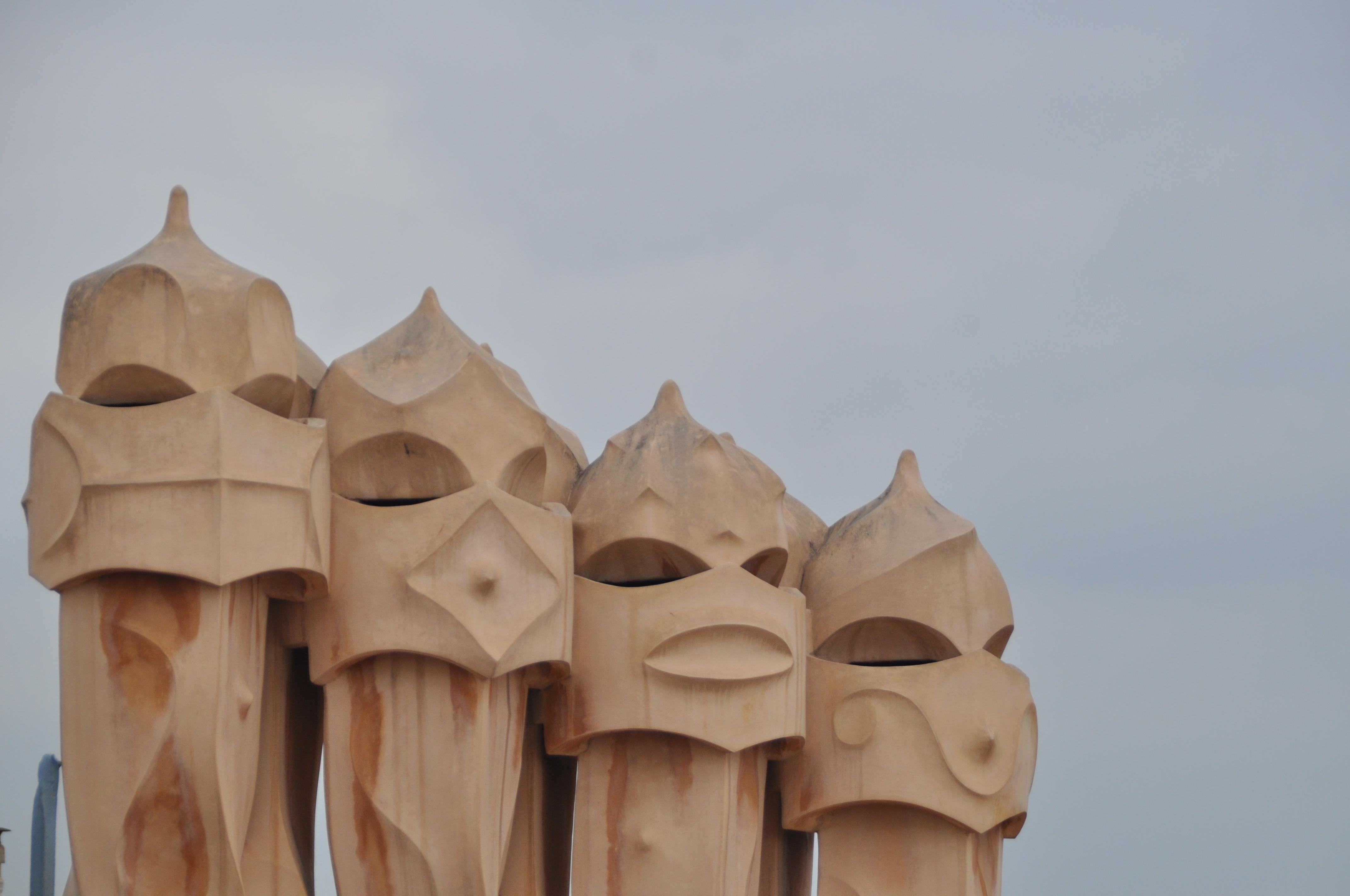 arena madera casa pared de piedra barcelona lugares de inters escultura art espaa divertido templo
