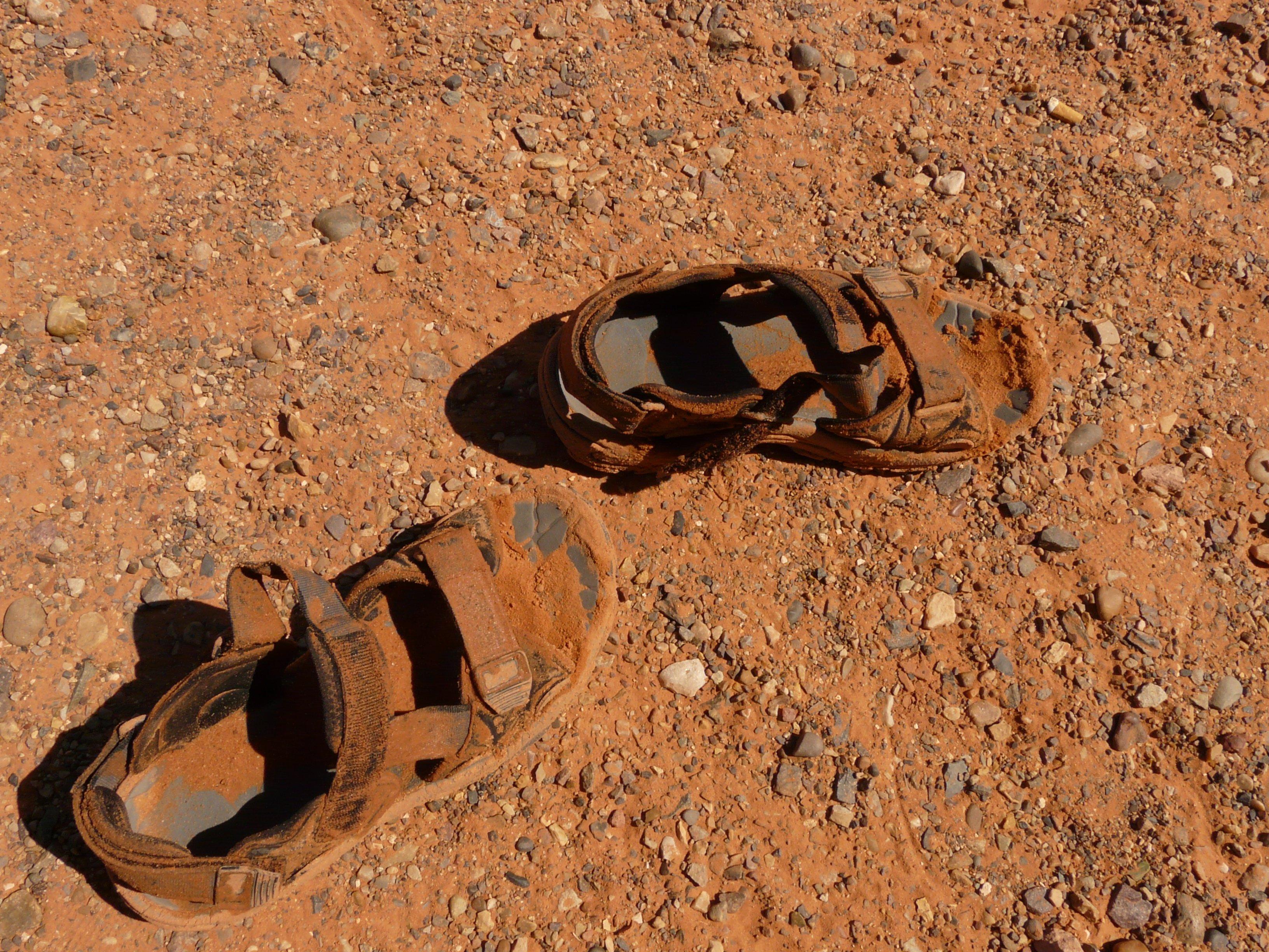 44037799 sand sko tre føtter fot jord skitne materiale sko jord sandaler fottøy leire