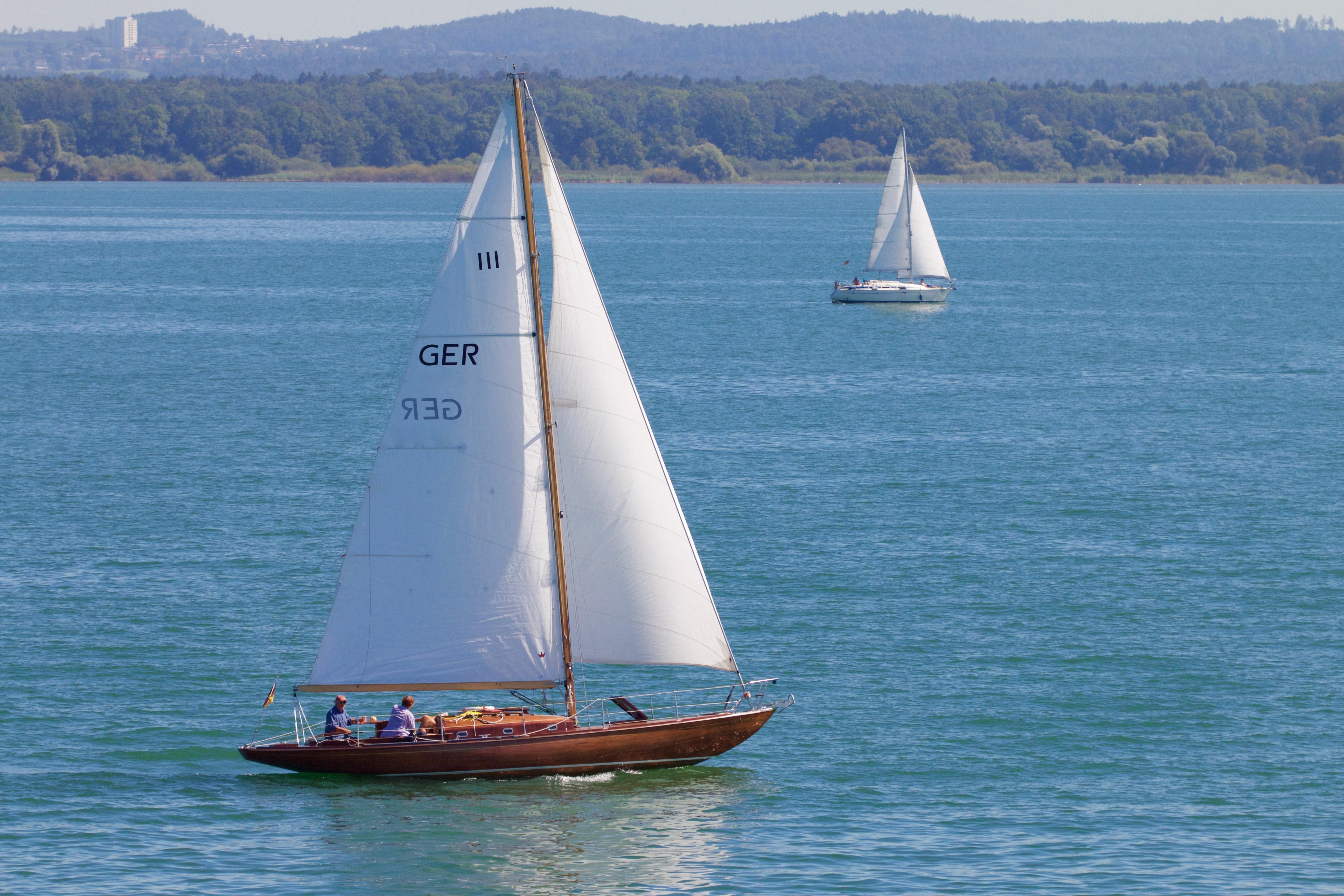 Картинка лодка с парусом на море