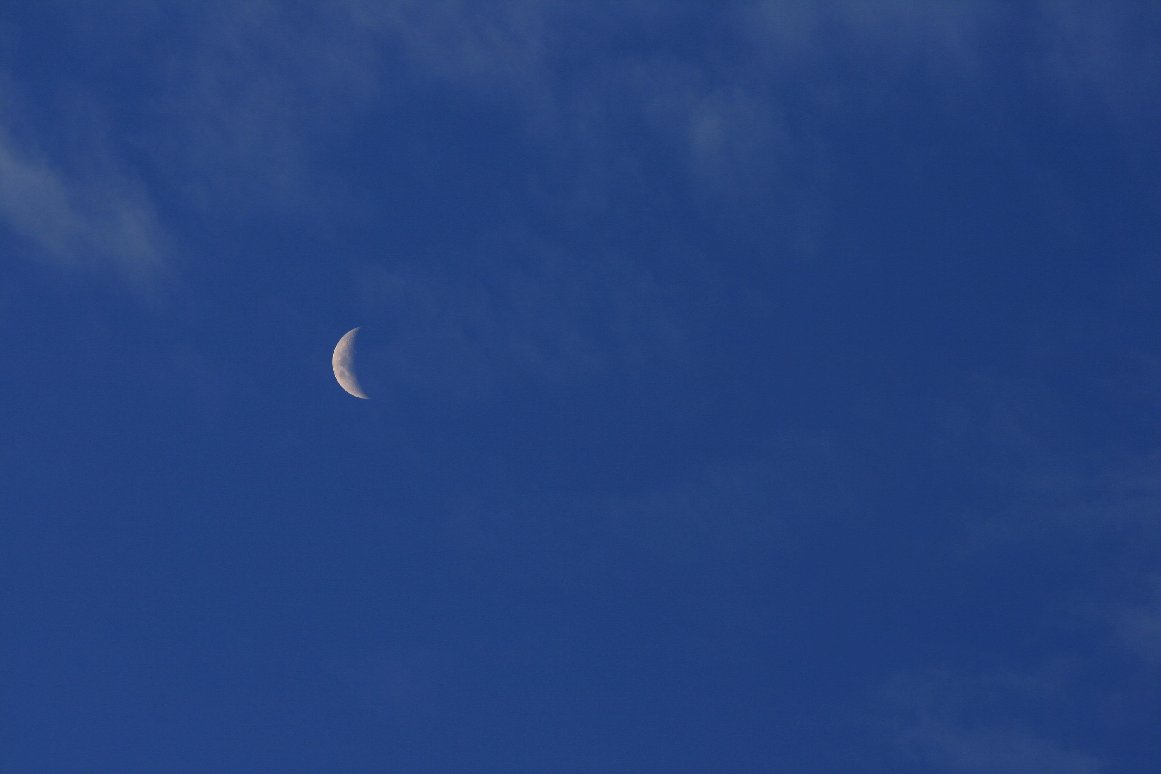 Gambar Laut Awan Langit Biru Tipis Keping Bulan Sabit Objek