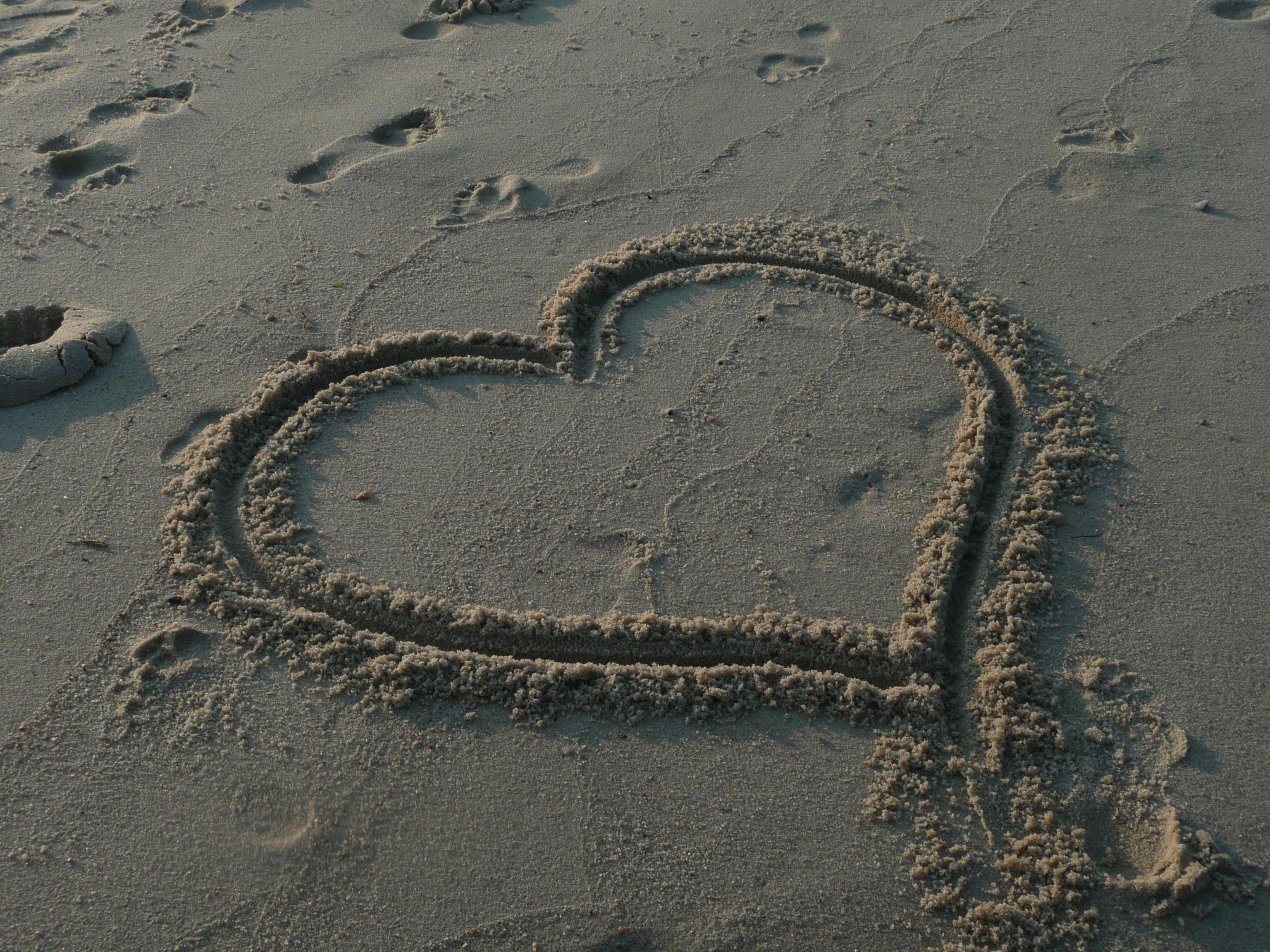 Kostenlose foto : Meer, Küste, Sand, Fußabdruck, Schild, Liebe, Herz ...