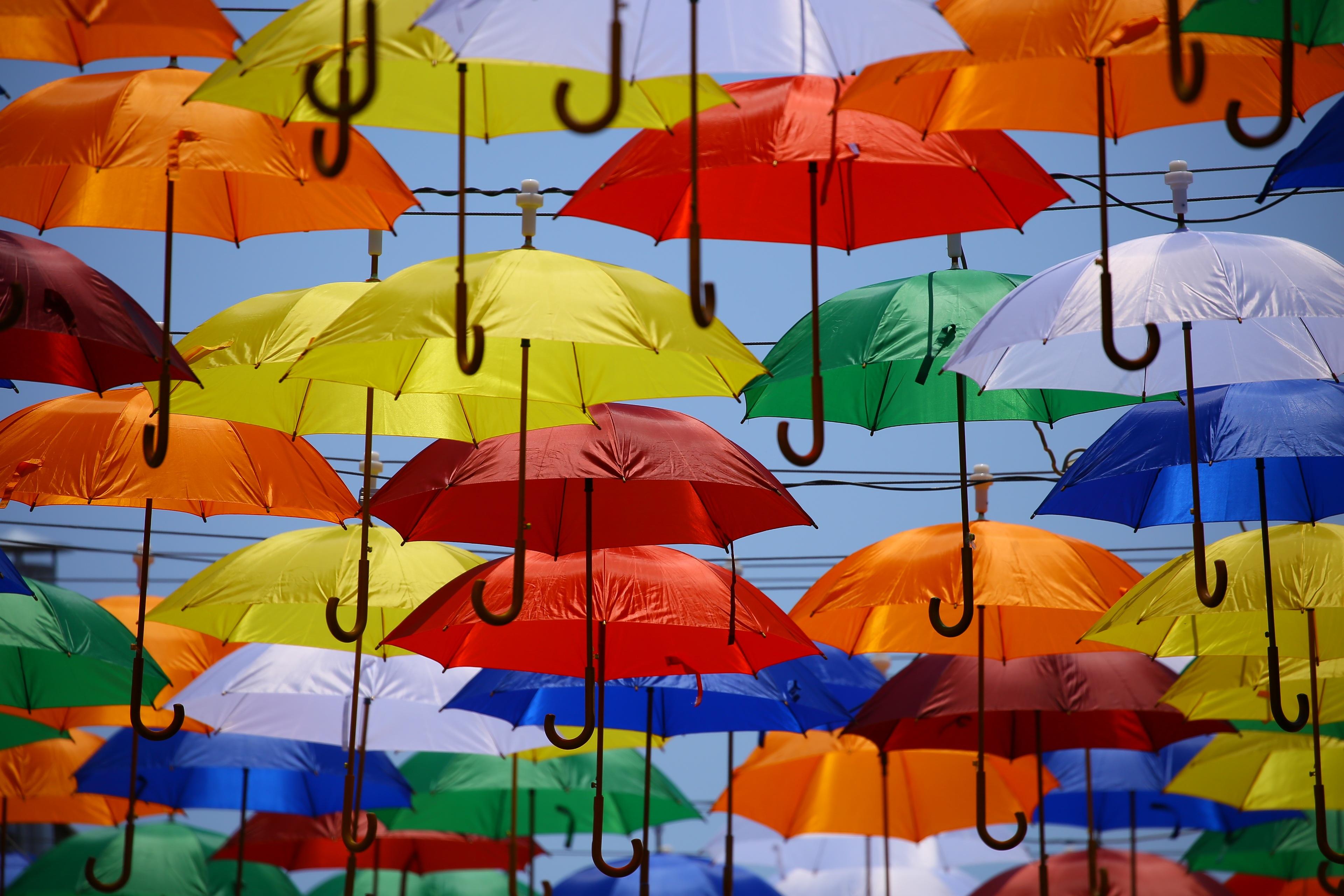 Разноцветные зонтики картинка