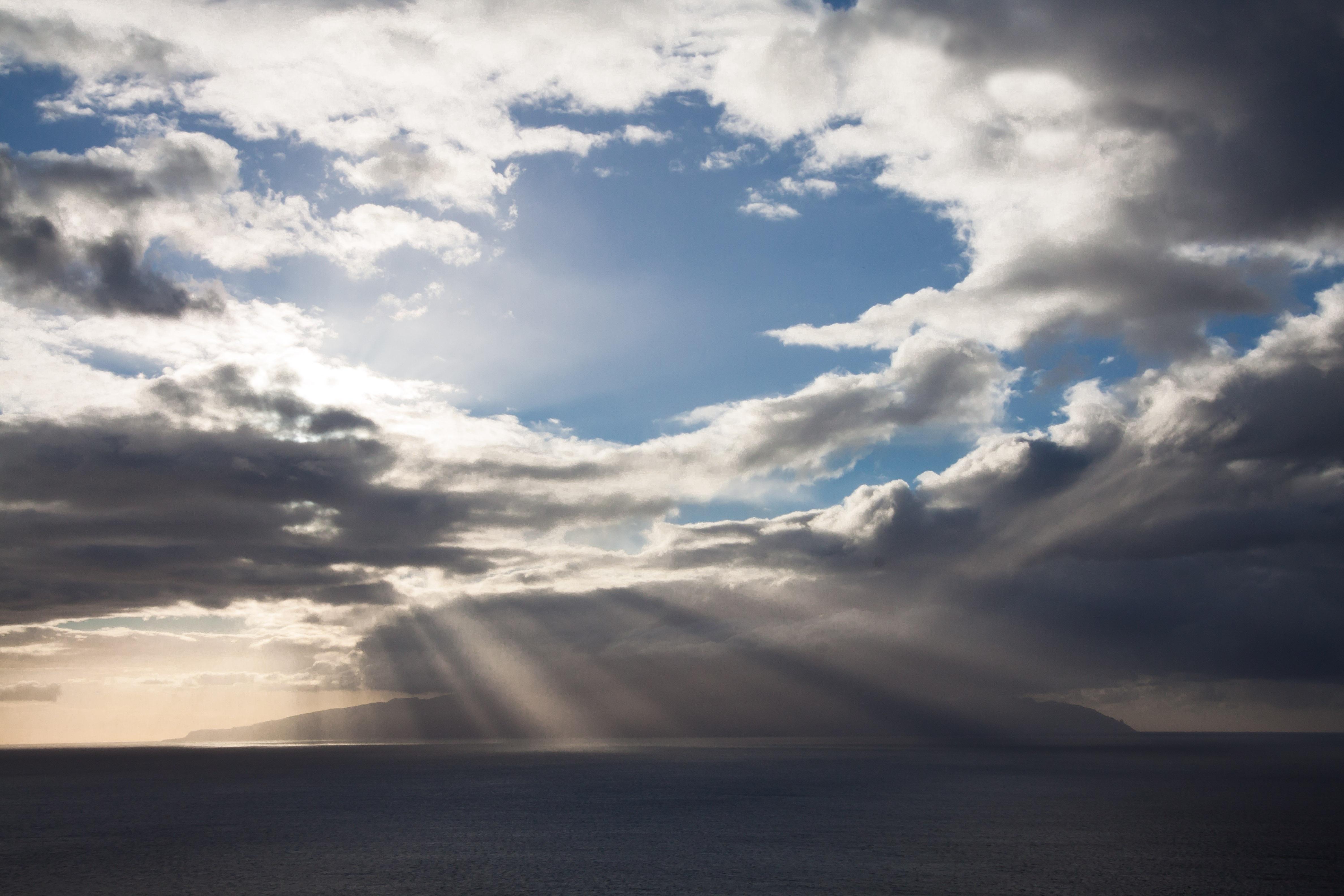 картинка с серыми облаками данной