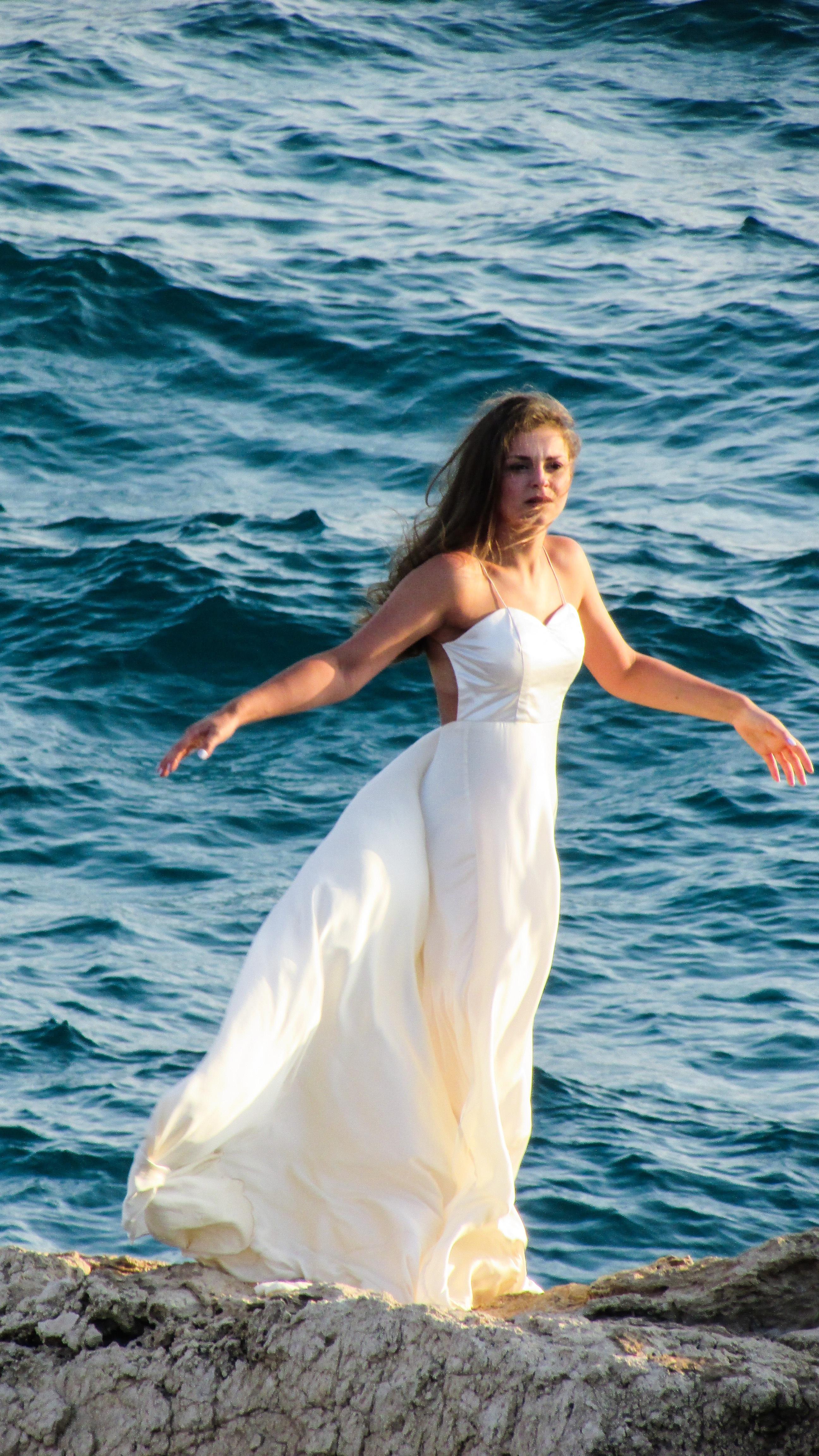 Fotos gratis : mar, Oceano, mujer, puesta de sol, ola, acantilado ...