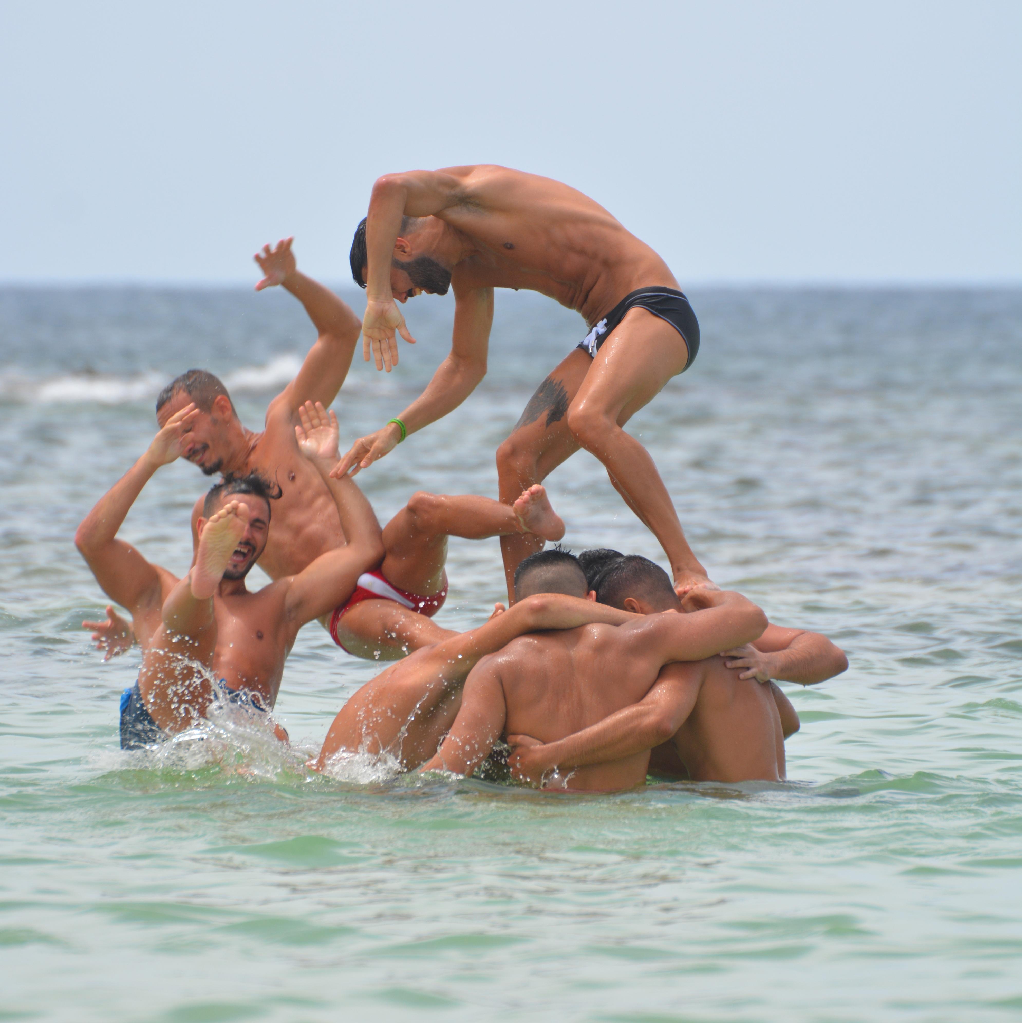 Mooie Mannen In Zwembroek.Gratis Afbeeldingen Zee Mensen Spier Mannen Sport Samenspel