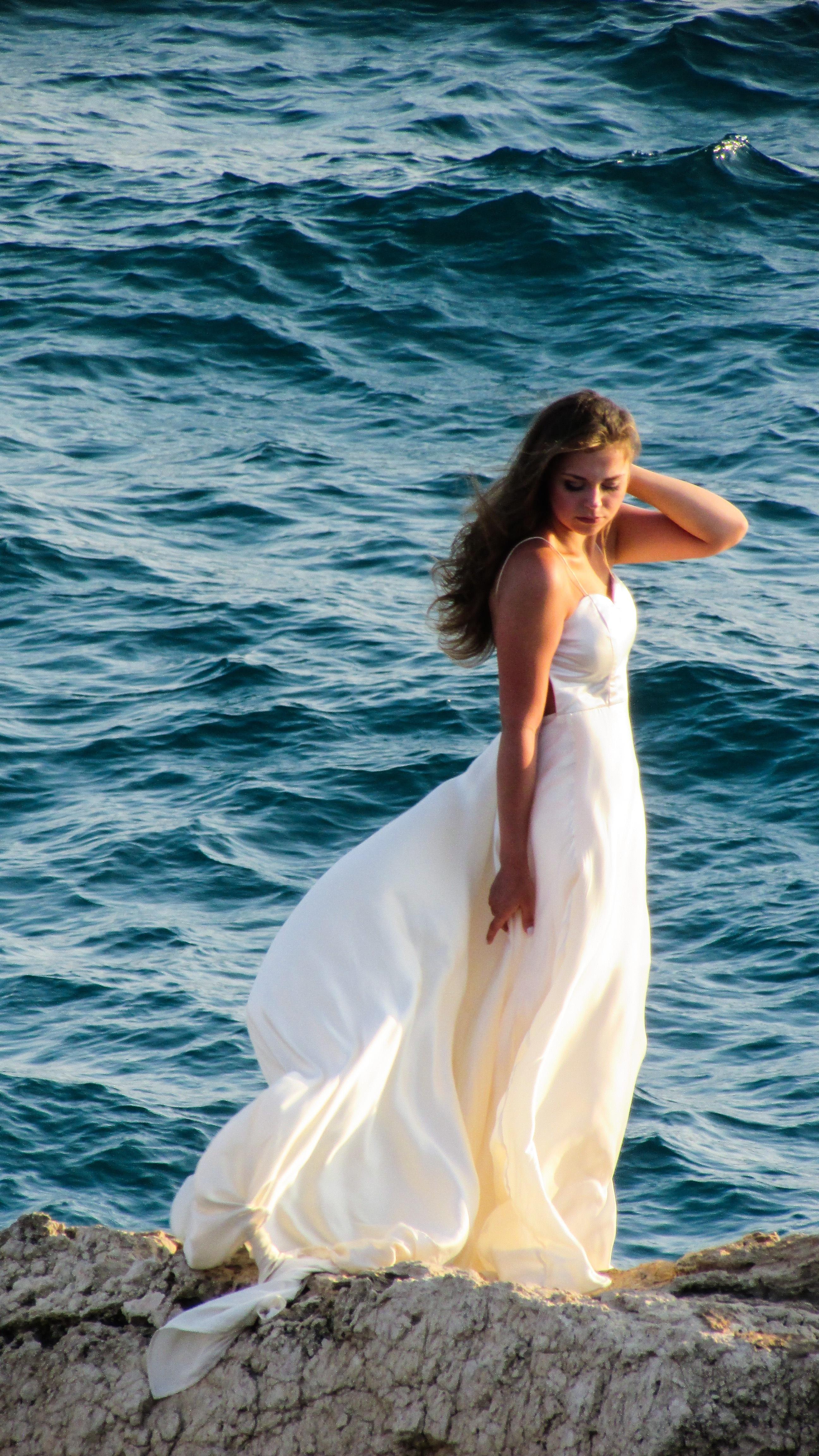 Fotos gratis : mar, rock, niña, mujer, puesta de sol, blanco, verano ...