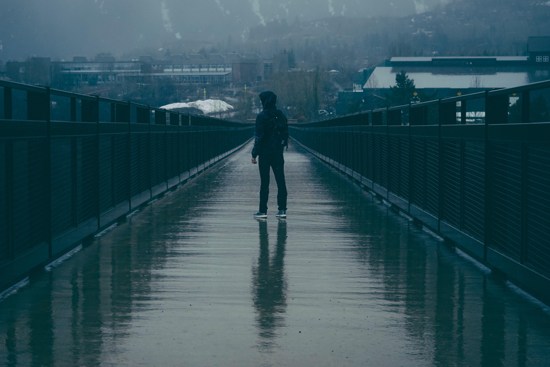 начале картинки на мосту человека подчеркнул