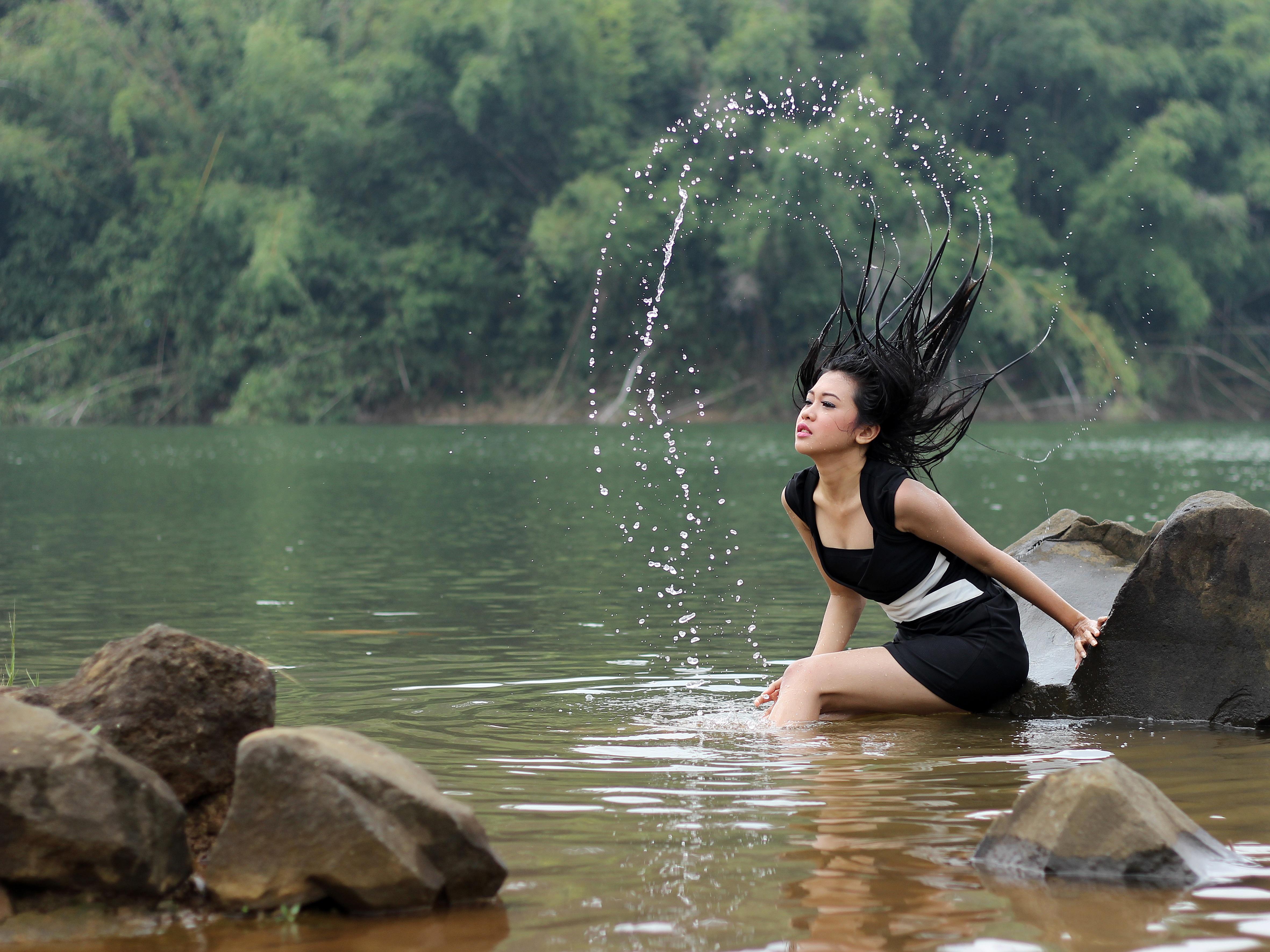 фотосессия в воде на речке дерева