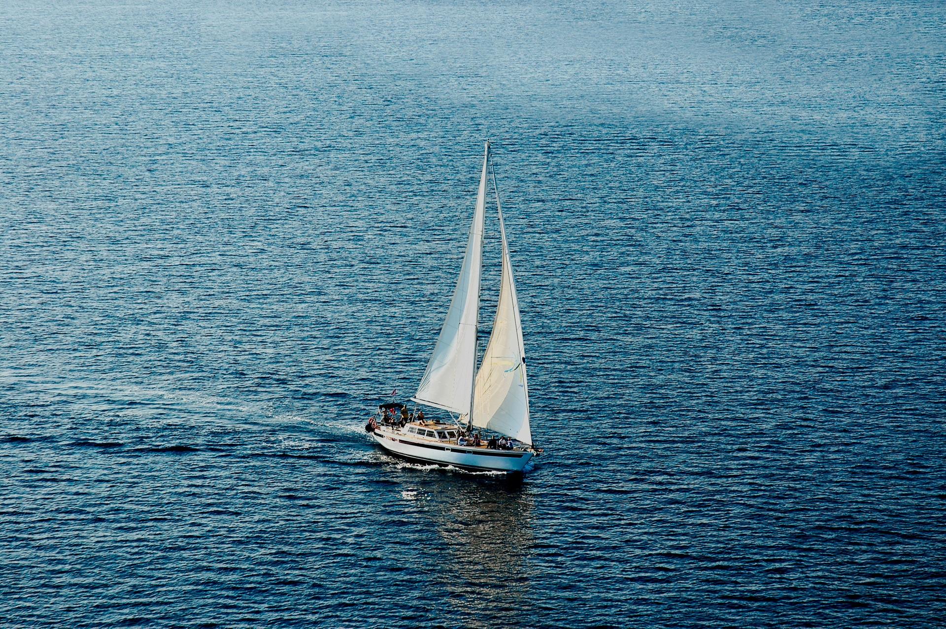 нужно будет фото яхты с парусами небольшие это