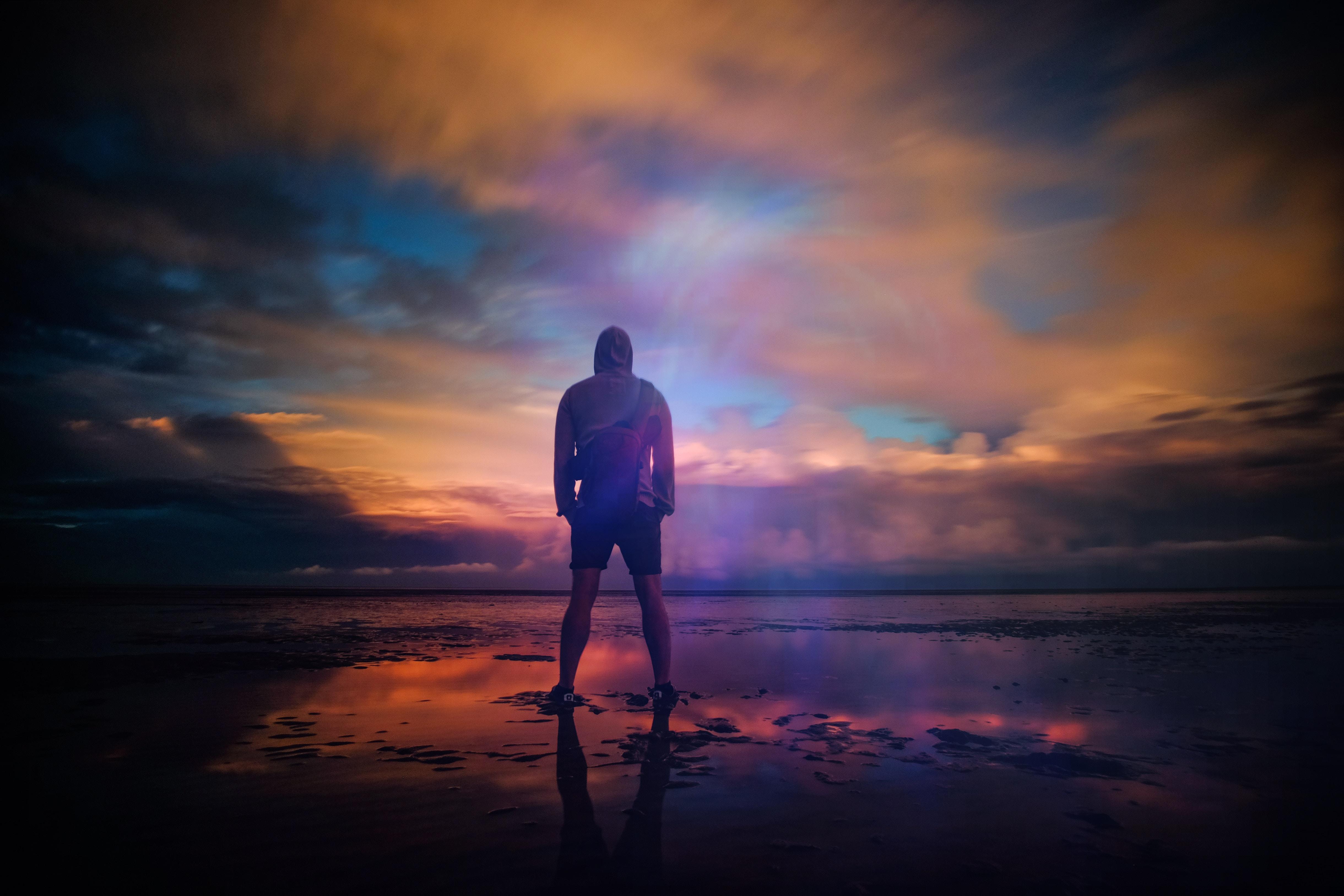парень стоит на закате солнца картинки желтки пудрой, добавляют
