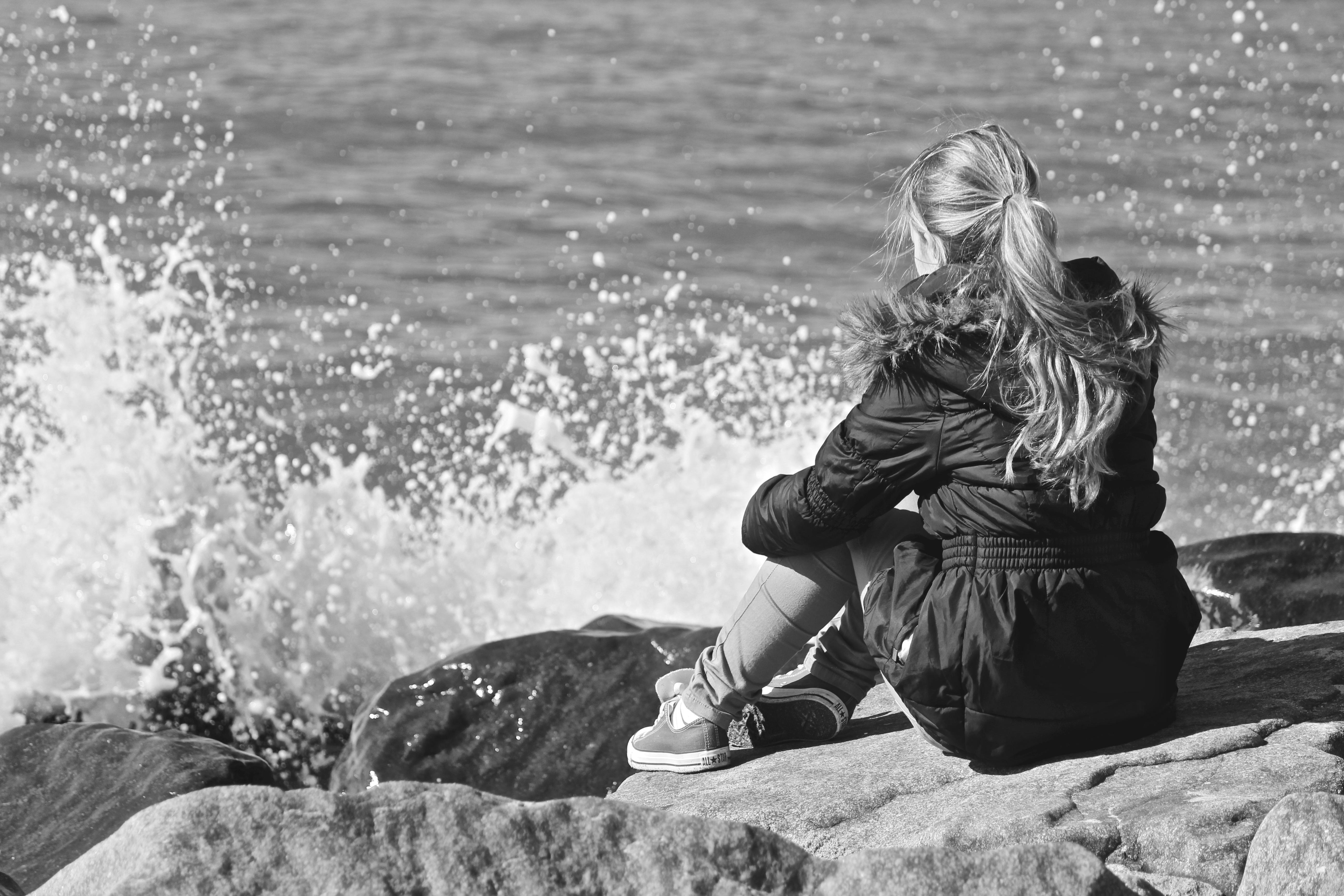 Картинки девушка на берегу черно белое